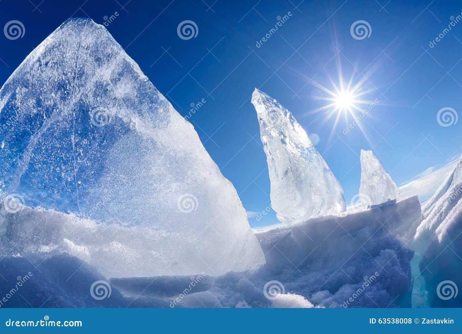 Masa de hielo flotante y sol de hielo en el lago Baikal del invierno