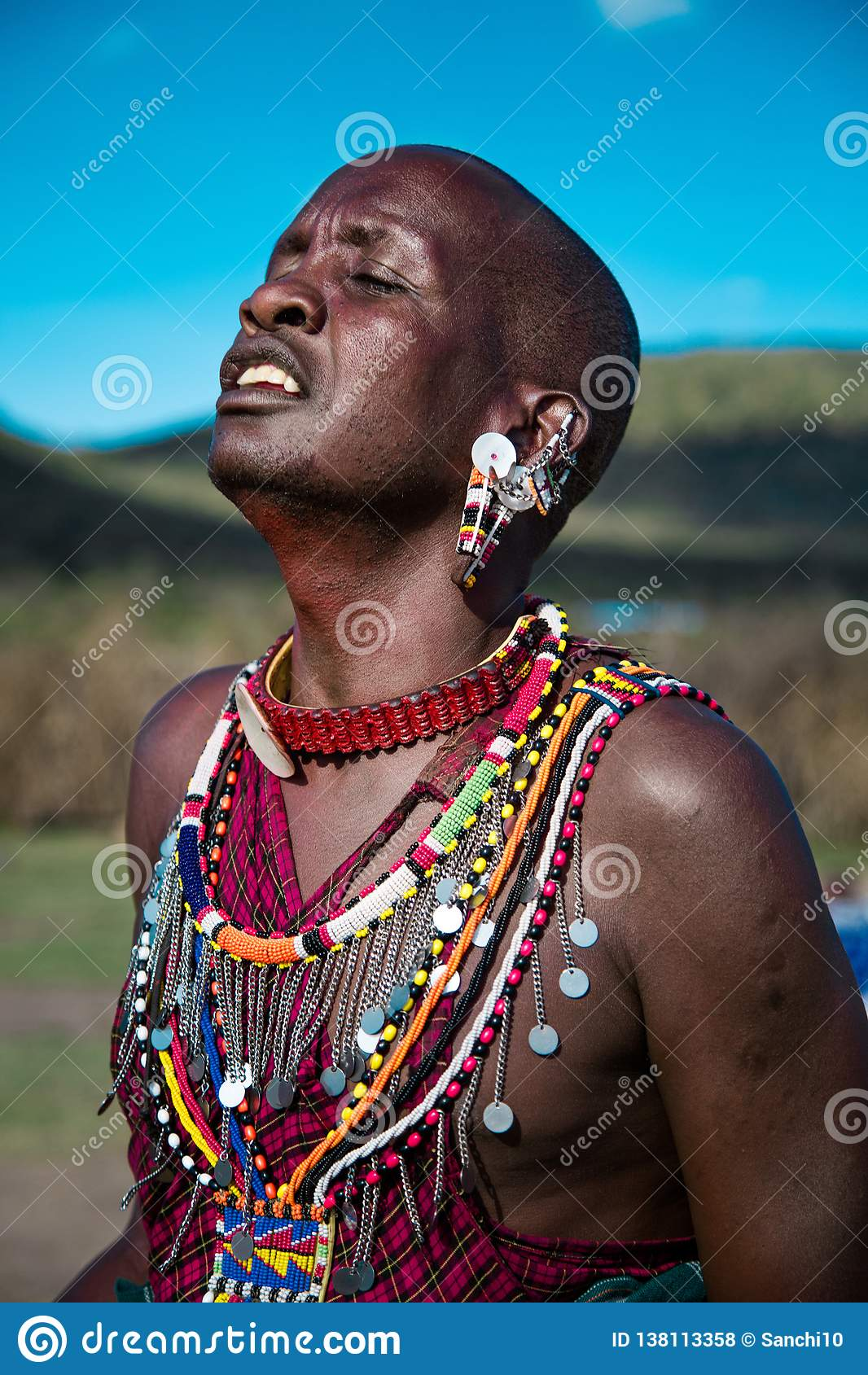 Masai-Mann, der mit Leidenschaft singt