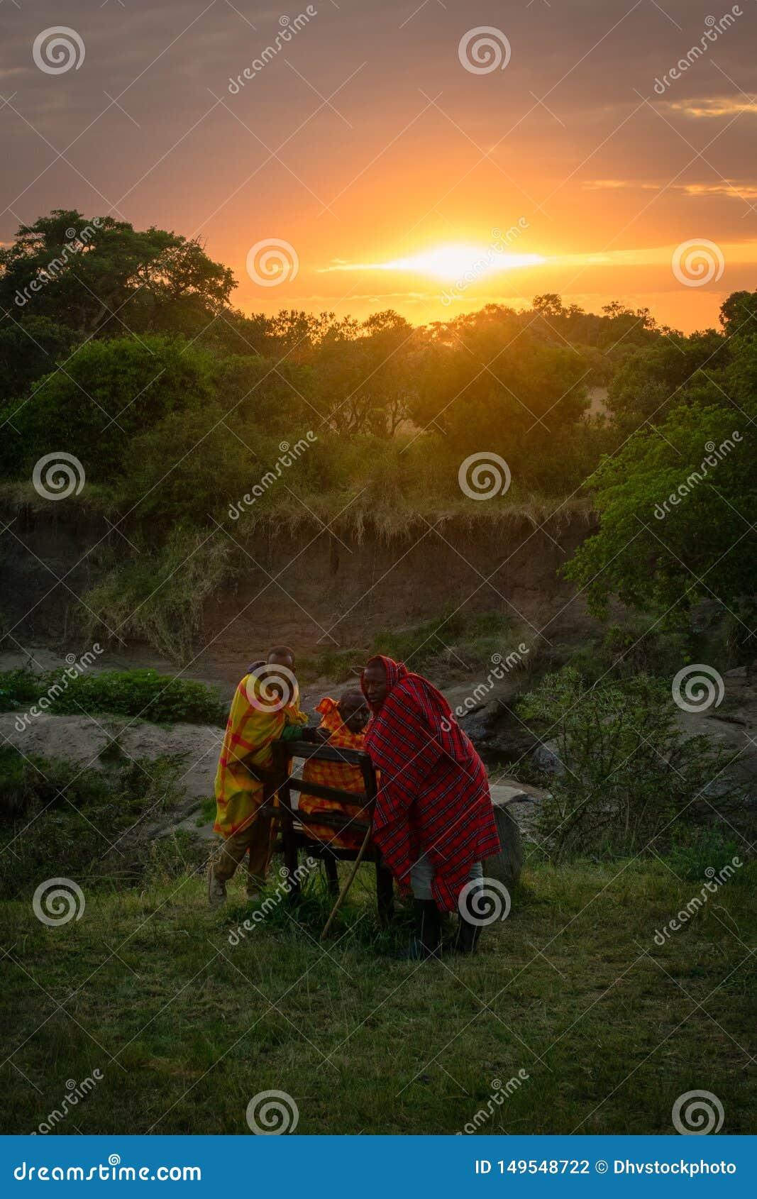 Masai Mara, †du Kenya, Afrique «le 10 août 2018 : Un groupe d hommes de masai dans des vêtements traditionnels se reposant à l