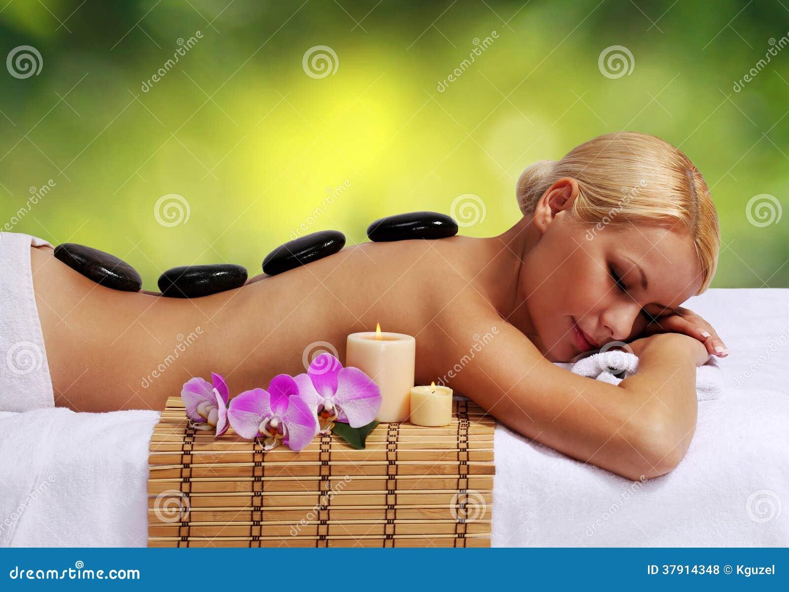 Masaje de piedra del balneario. Mujer rubia