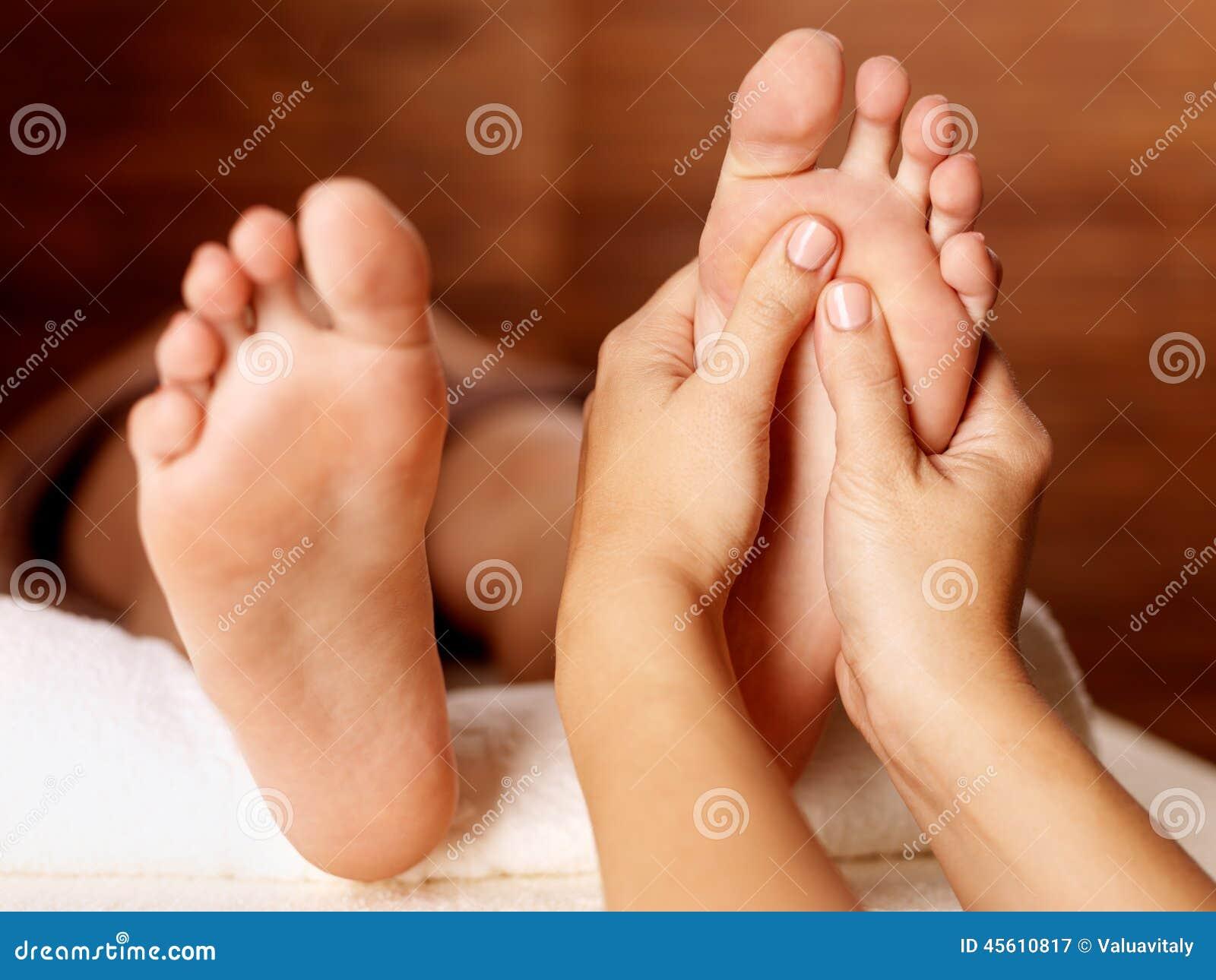 Masaje del pie humano en salón del balneario