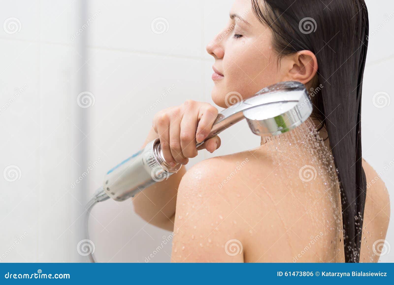 Dando un masaje a una mujer desnuda - Pornes