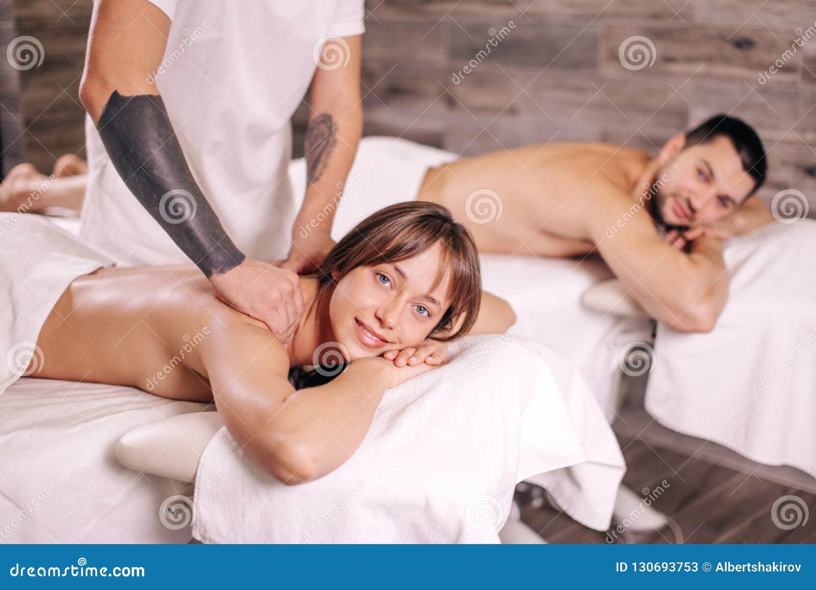Masaje para una familia masaje de relajación para los pares de amor en el día de San Valentín