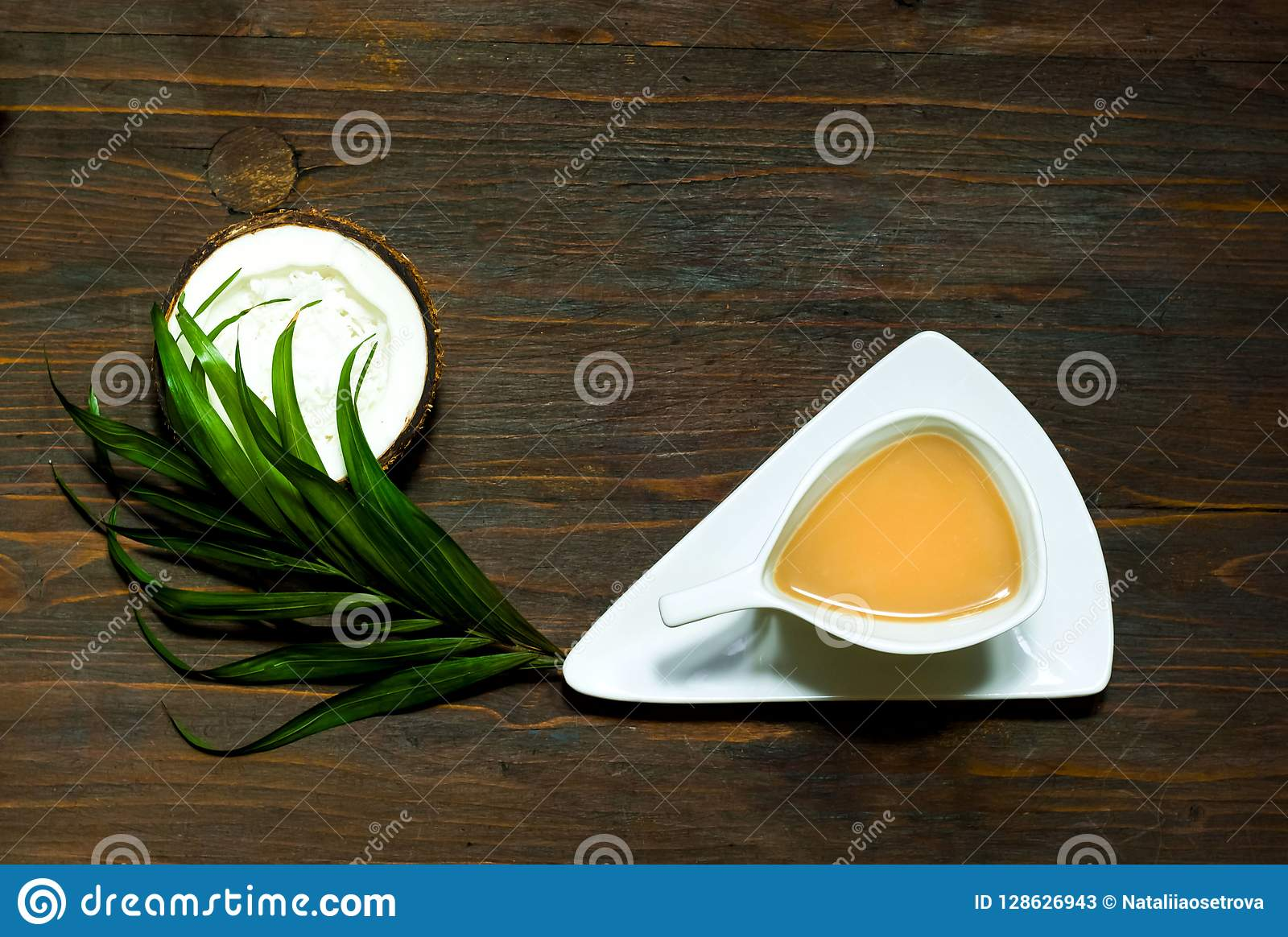 Masala医治用的茶用在白色葡萄酒杯子的椰奶在木背景,素食主义者食谱概念,拷贝空间,
