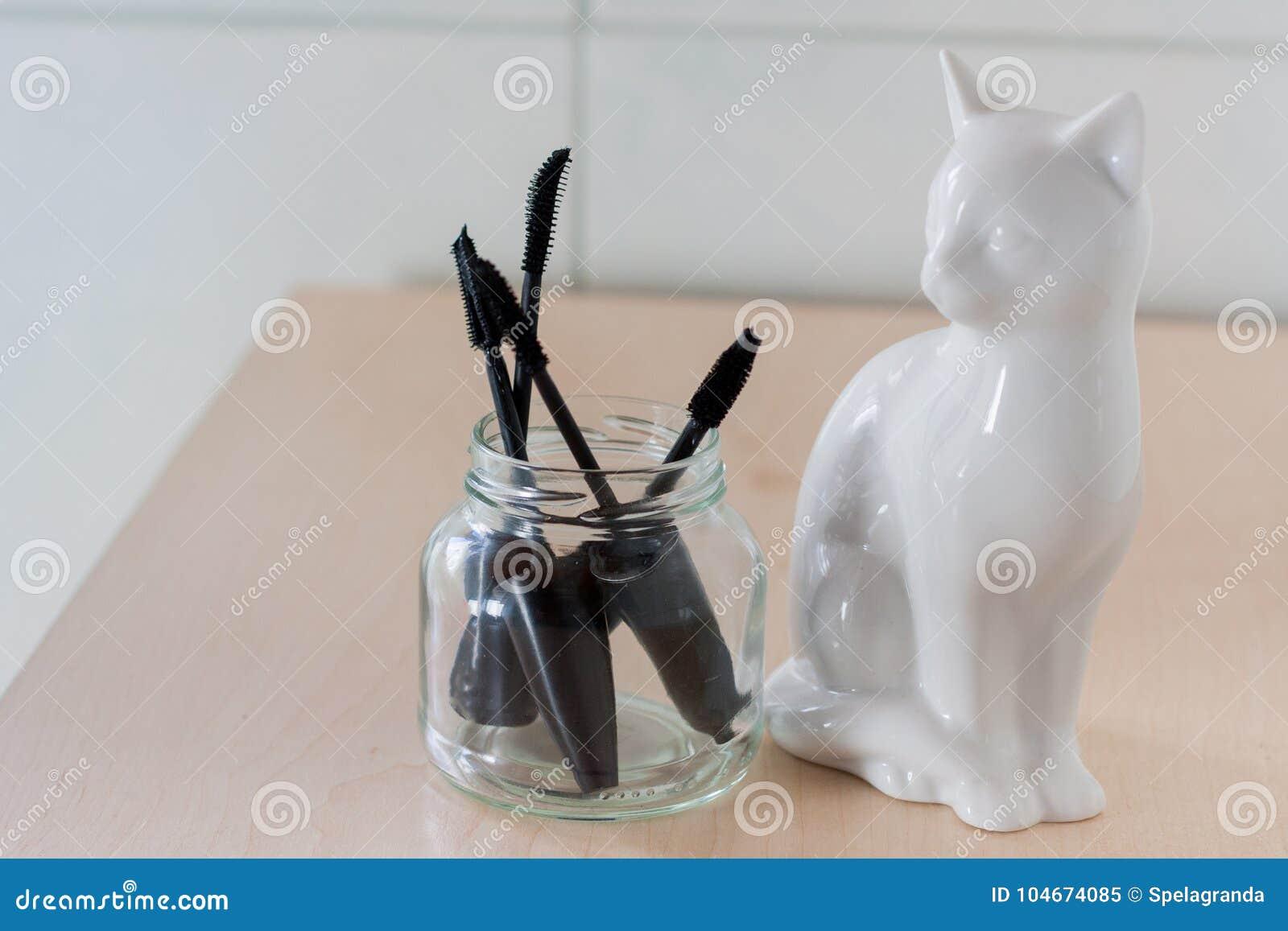 Mascara βούρτσες σε ένα βάζο γυαλιού