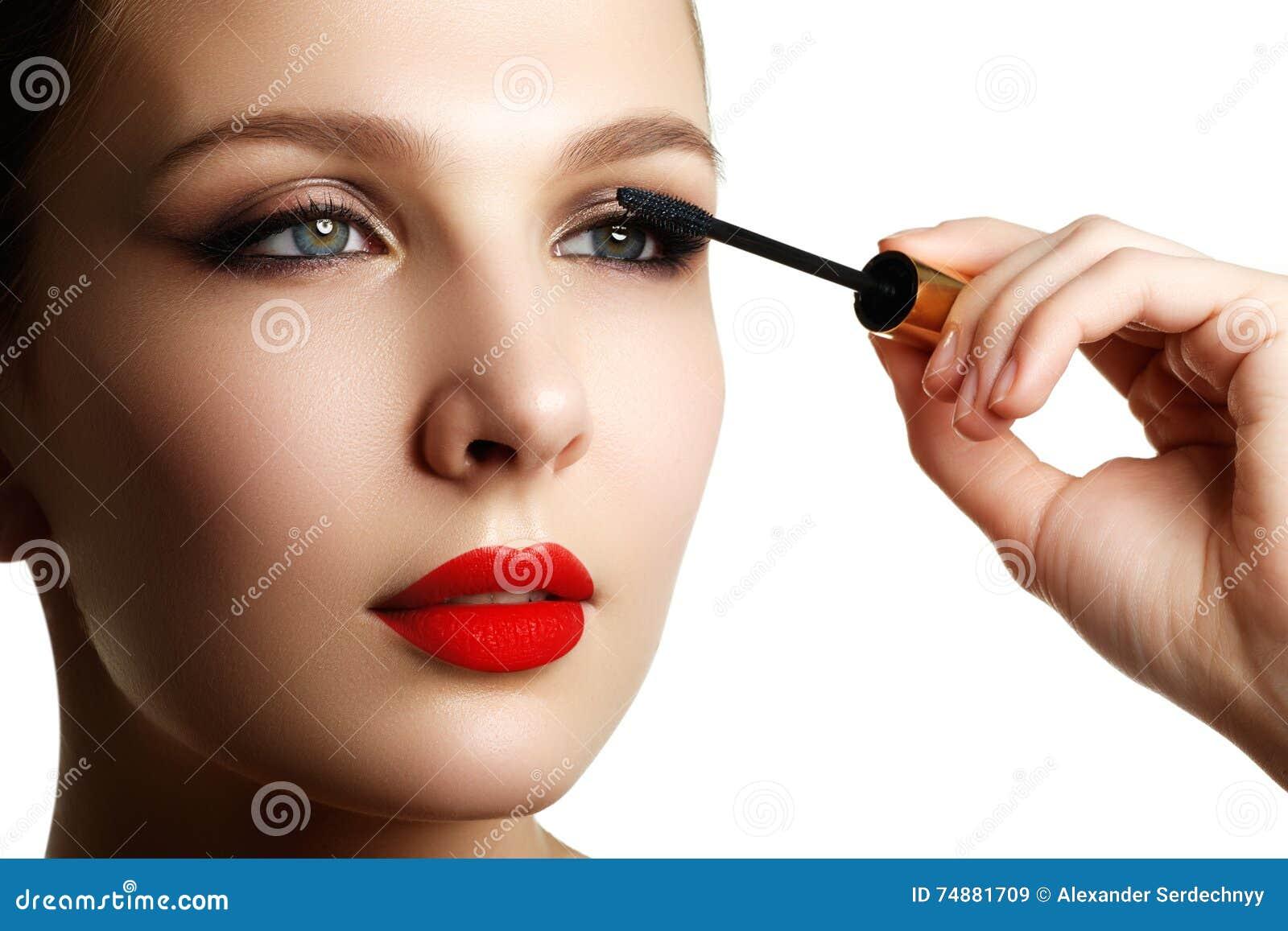 Mascara som applicerar closeupen, långa snärtar Högkvalitativ bild ögonfranser