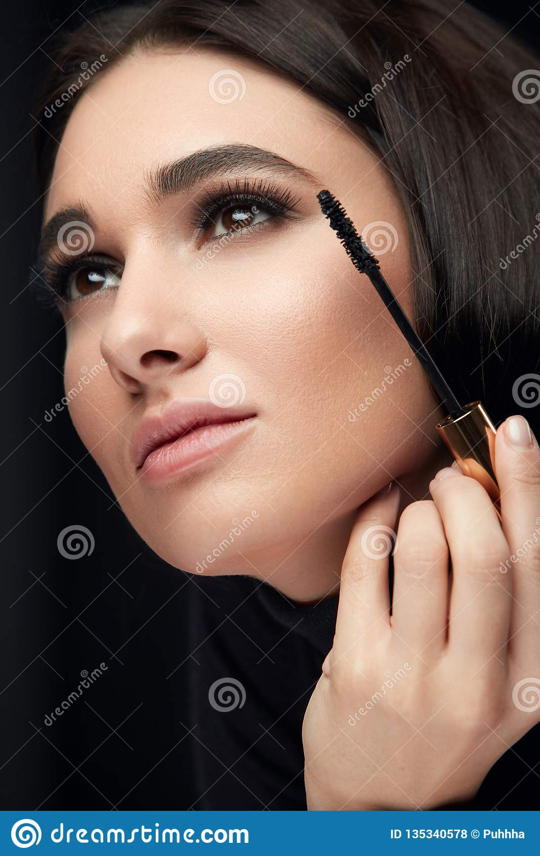 Mascaramake-up Schoonheid Modelputting black mascara op Wimpers