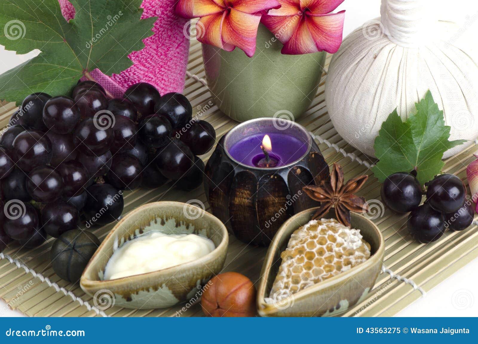 Mascarilla con la uva, la miel y el yogur para apretar la piel y para quitar puntos oscuros en la cara