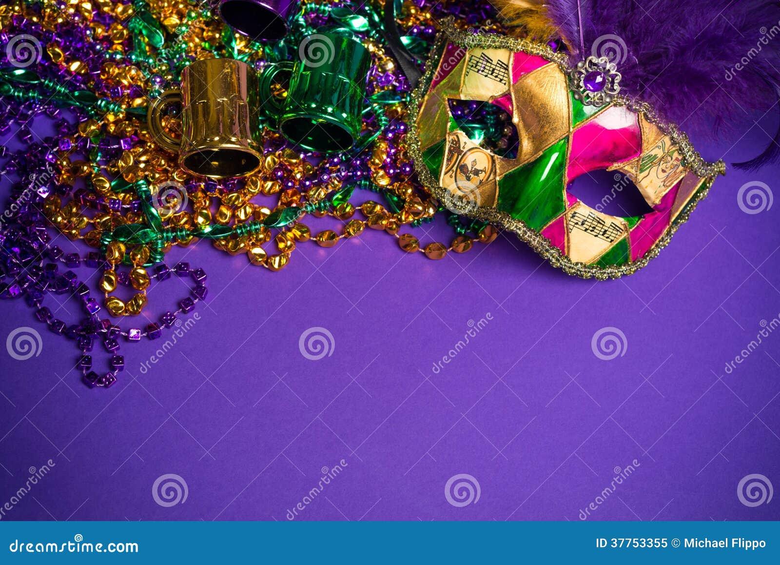 Maschera assortita di Carnivale o di Mardi Gras su un fondo porpora