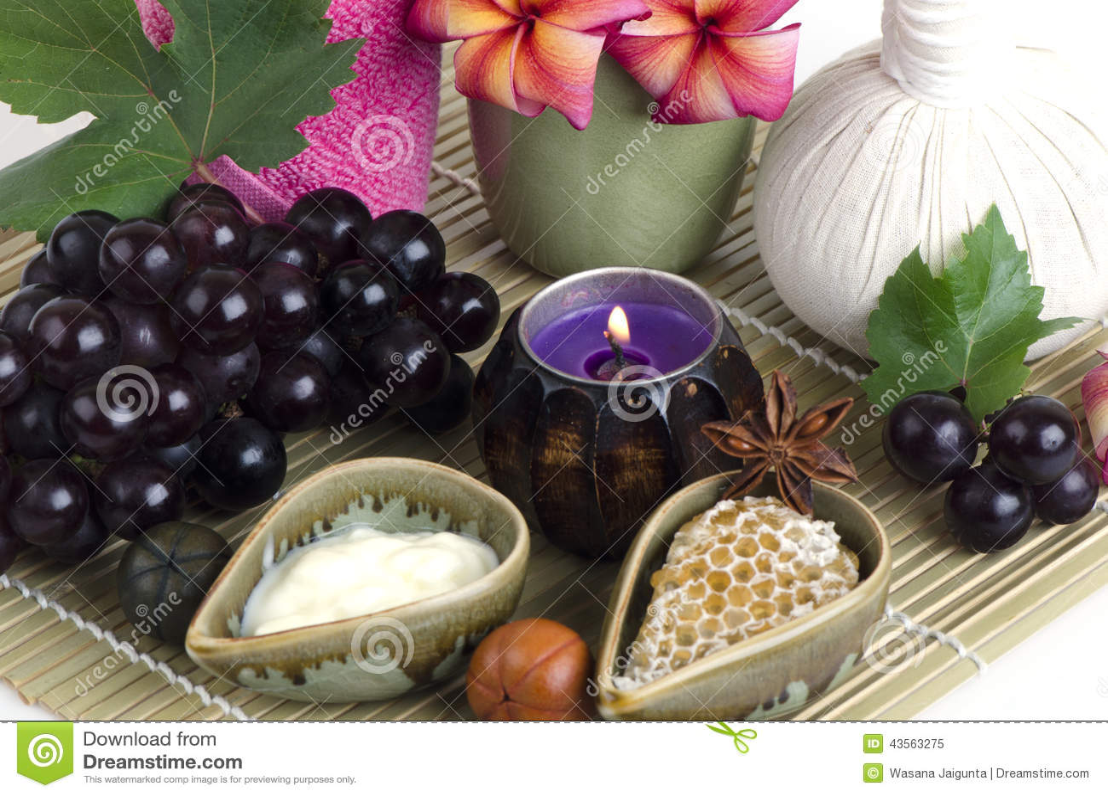 Maschera di protezione con l uva, il miele ed il yogurt per stringere la pelle e per rimuovere i punti scuri sul fronte