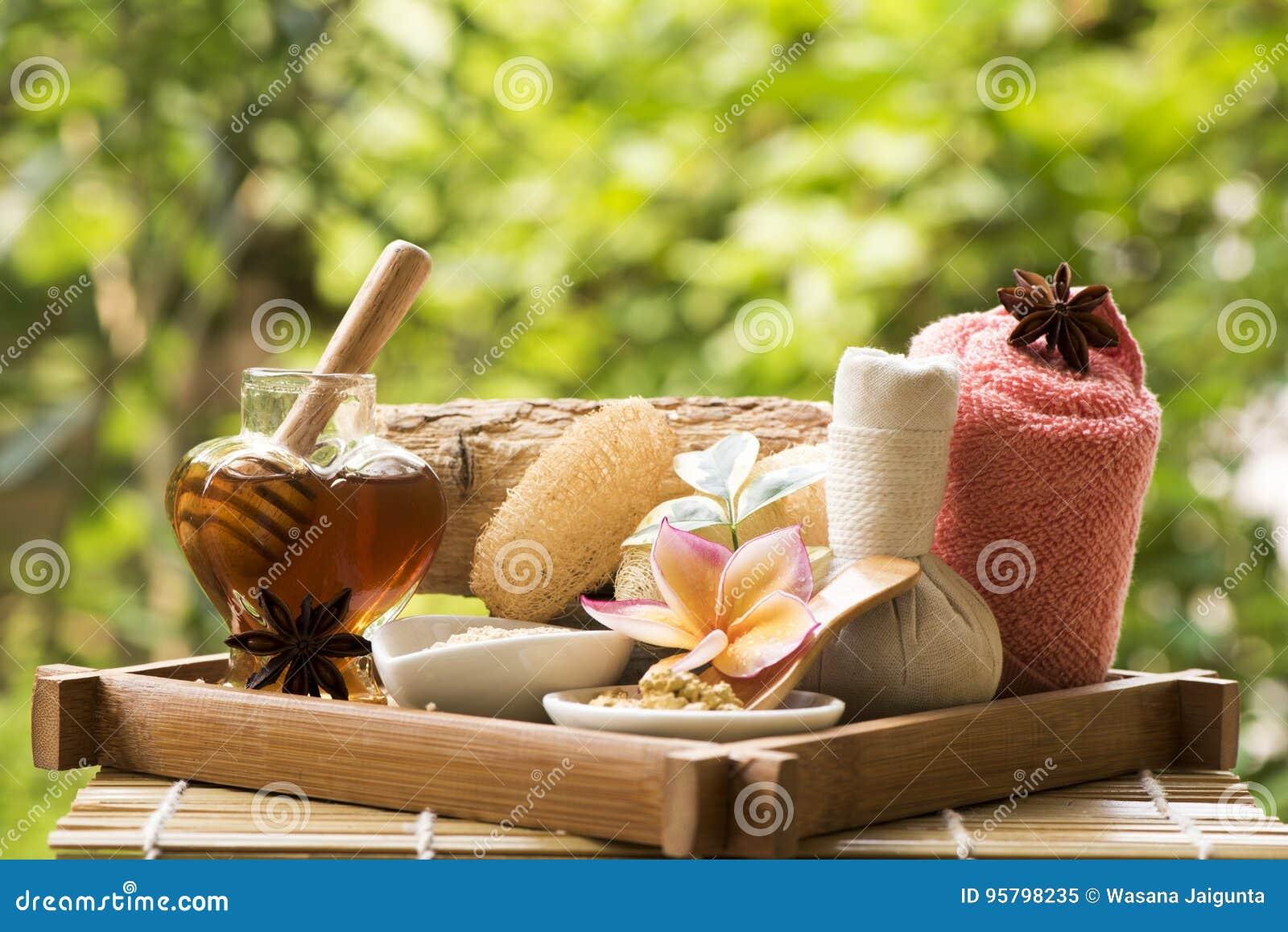 Maschera di protezione con Thanaka e miele, trattamenti della stazione termale su sfondo naturale