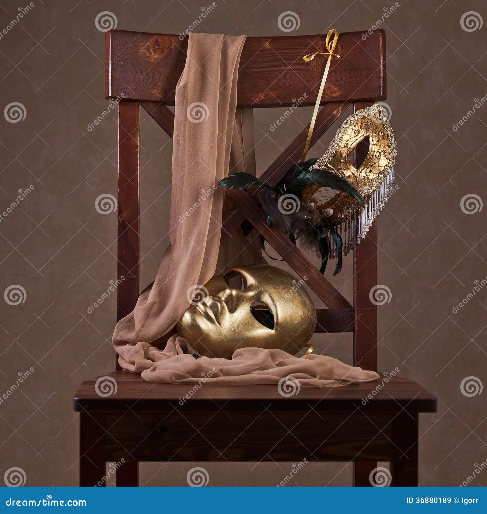 Download Maschere Sulla Sedia Di Legno Immagine Stock - Immagine di quadrato, decorazione: 36880189