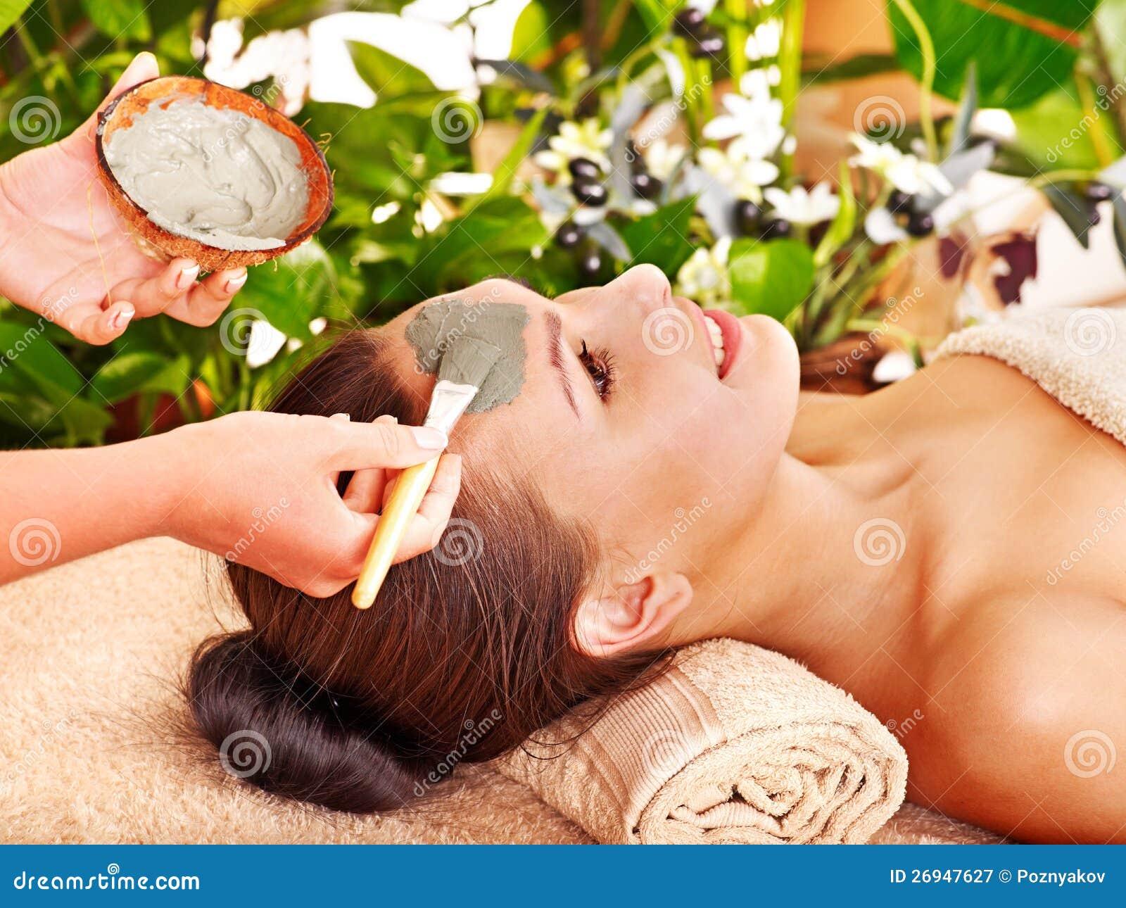 Mascherina facciale dell argilla nella stazione termale di bellezza.