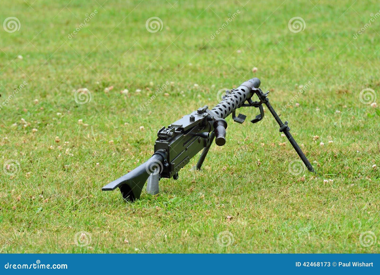 Maschinengewehr, das auf dem Boden liegt