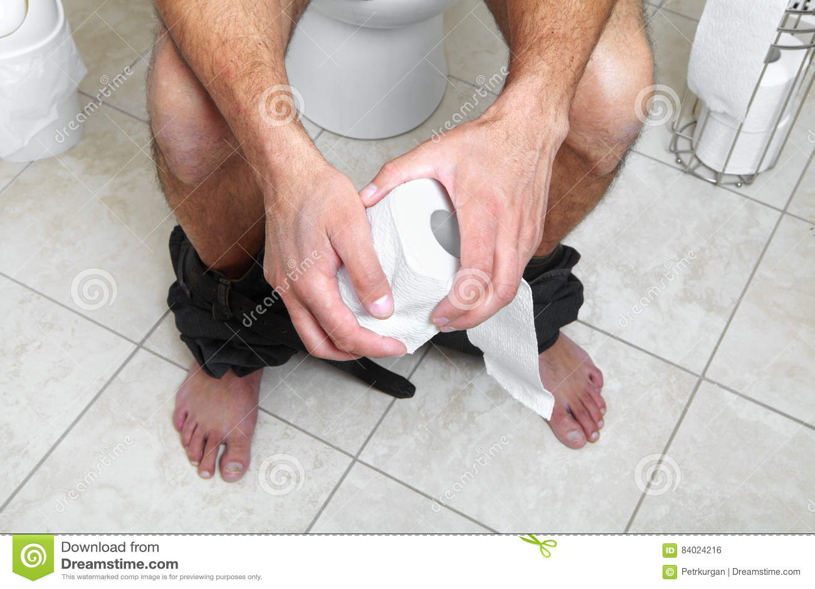 Maschio adulto che si siede sulla pentola del lavabo