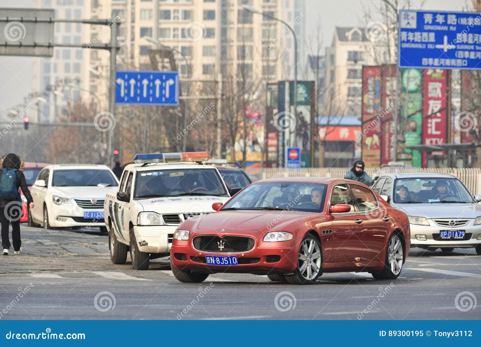 Maserati vermelho Quatroporte na rua, Pequim, China