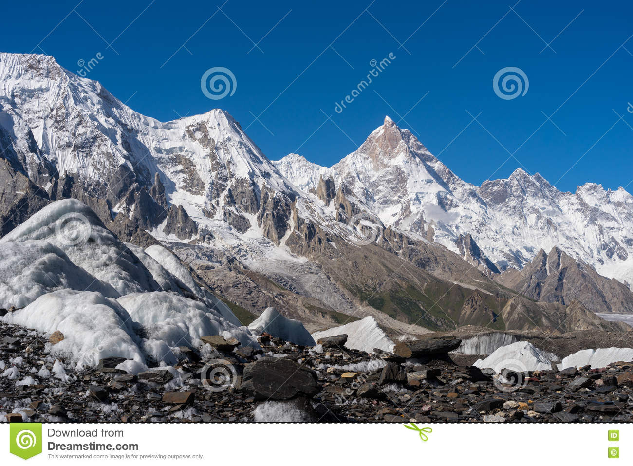 masherbrum bergspitze mit baltoro gletscher wanderung k2 stockfoto bild 79622814. Black Bedroom Furniture Sets. Home Design Ideas