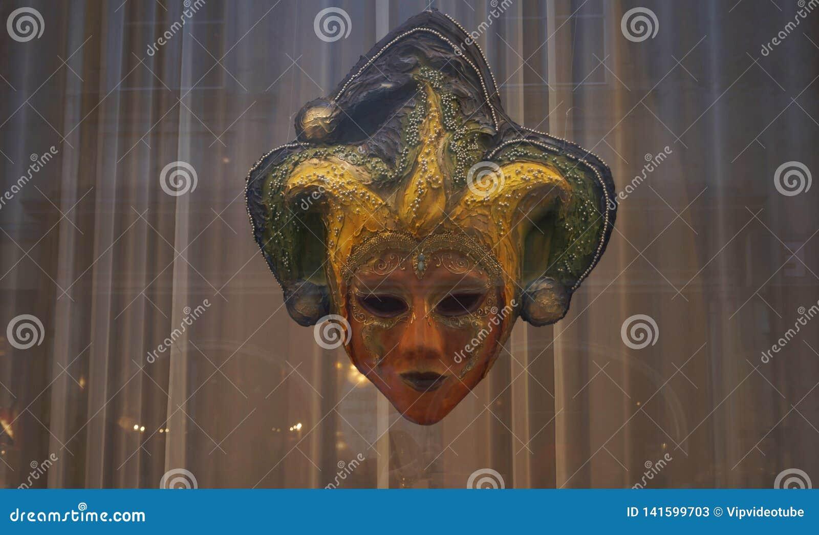 Maska dowcipniś za szkłem