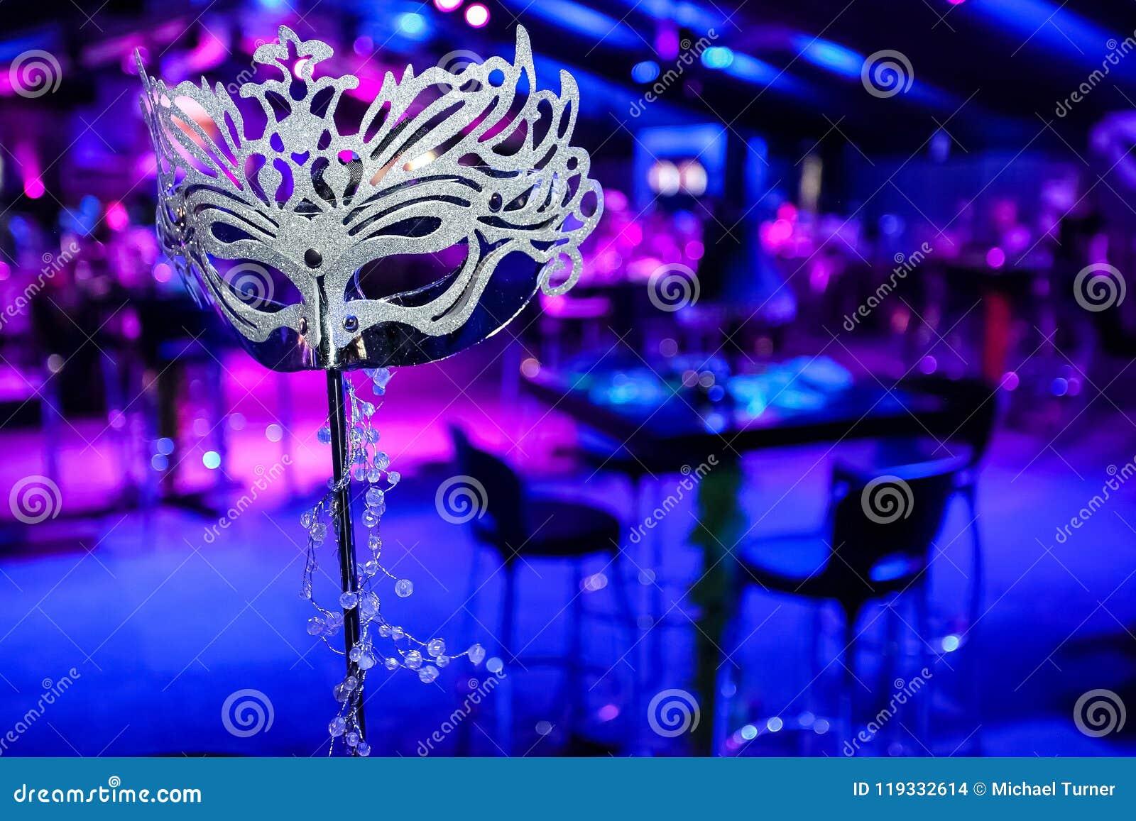 Maskaradowa maska przy korporacyjnym wydarzeniem lub galowym gościem restauracji