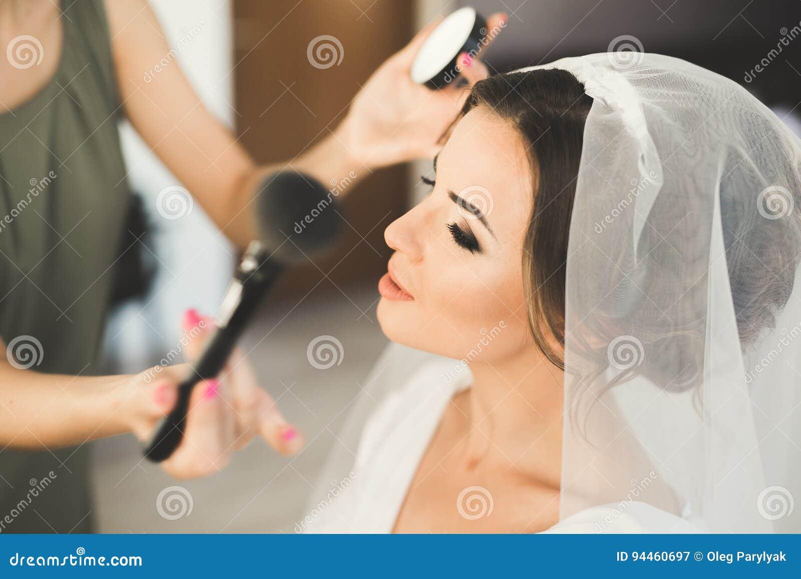 Maskenbildner, der Braut zur Hochzeit vorbereitet