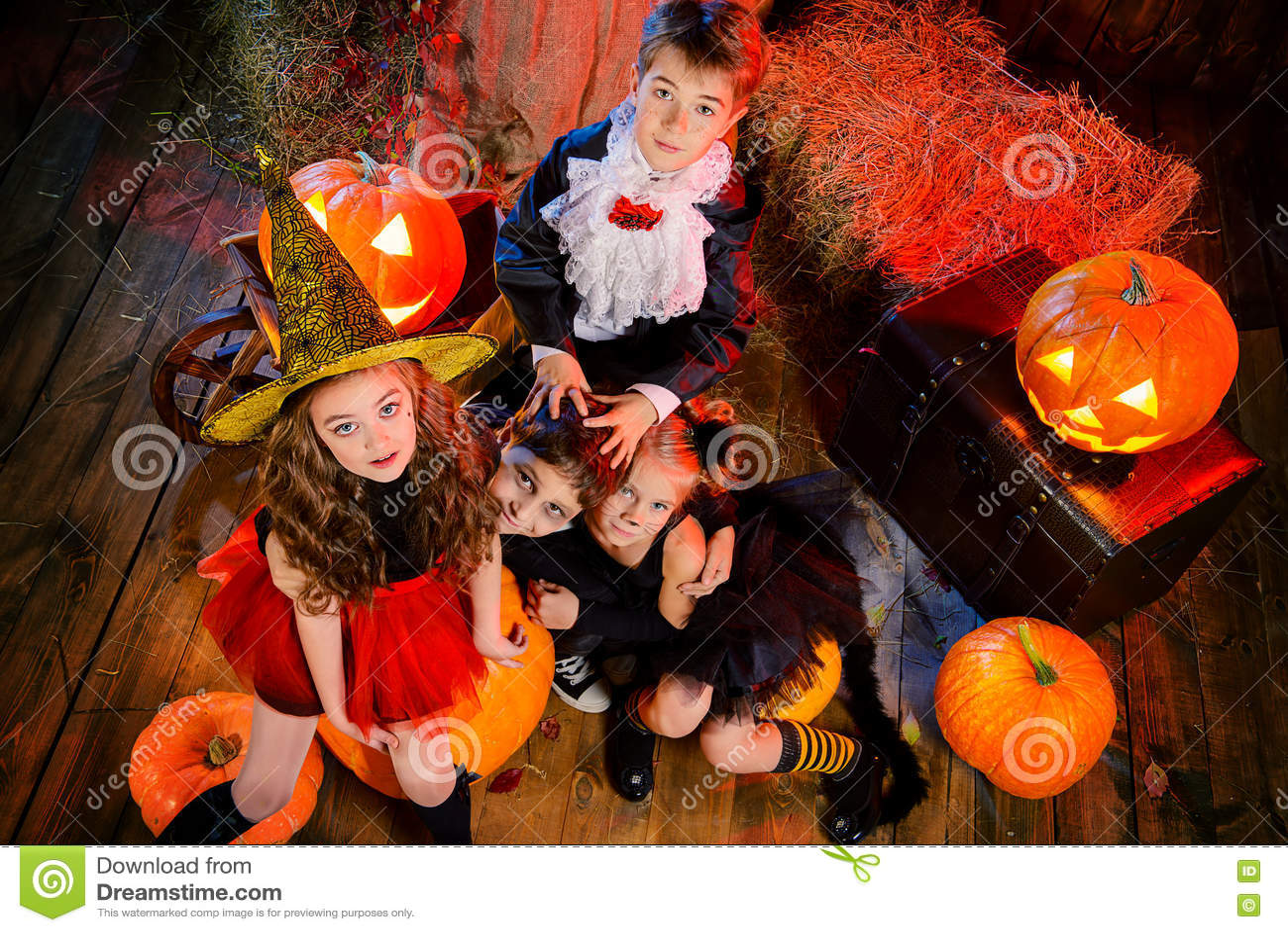 Halloween Maskerad.Maskerad Pa Halloween Arkivfoto Bild Av Grupp Positivt