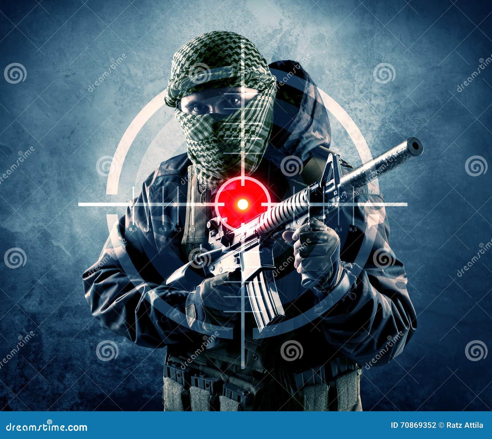 Maskerad terroristman med vapen- och laser-målet på hans kropp