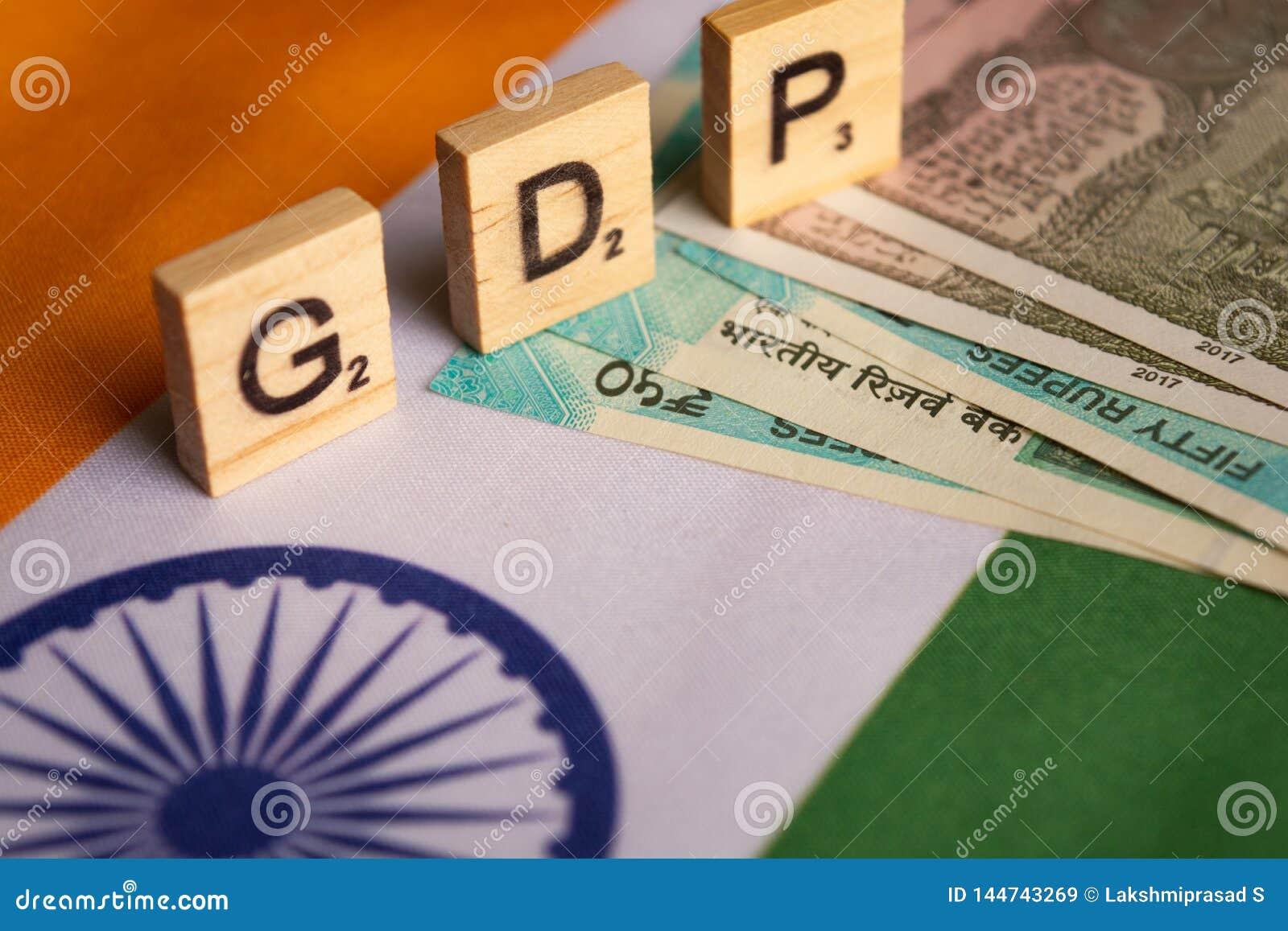 Maski, Inde 13, avril 2019 : PIB ou produit intérieur brut dans les caractères gras en bois sur le drapeau d Indina avec la dev