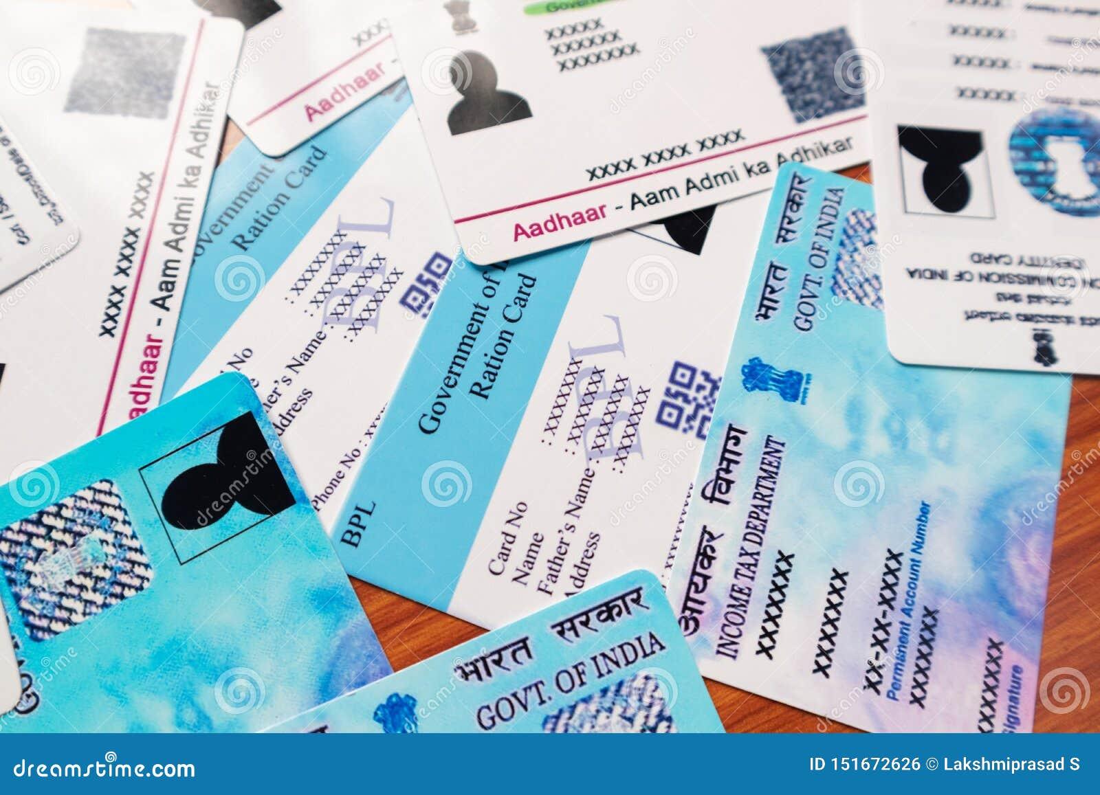 Maski, Karnataka, Inde - 26 juin 2019 : Carte d Aadhaar, carte de rationnement, identification d électeur et carte de casserole q