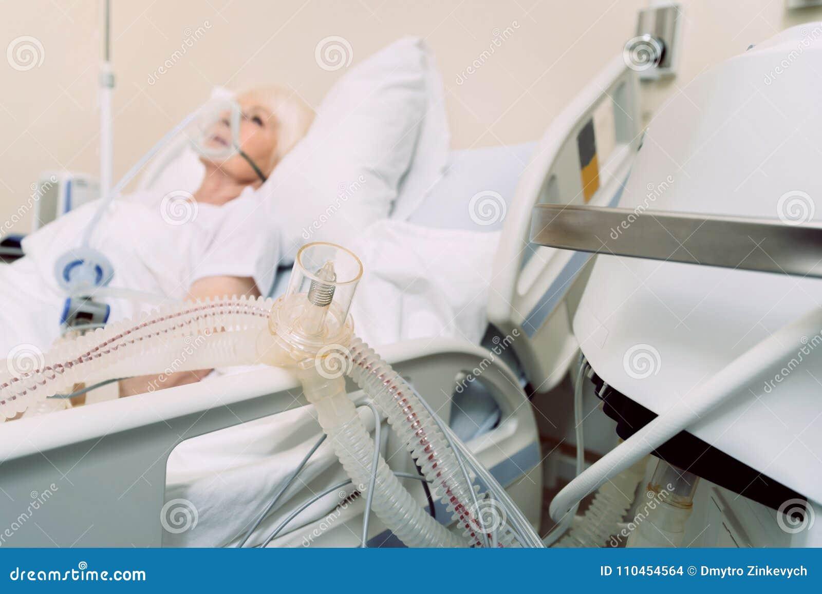 Maskin för syretillförsel av den dåligt höga kvinnan på sjukhuset