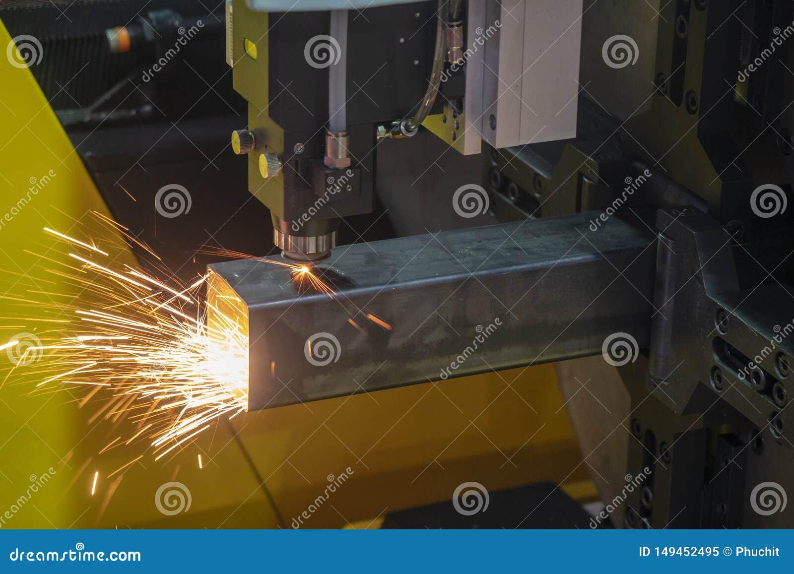 Maskinen f?r klipp f?r CNC-fiberlaser att g?ra gravyr p? det fyrkantiga rostfria r?ret
