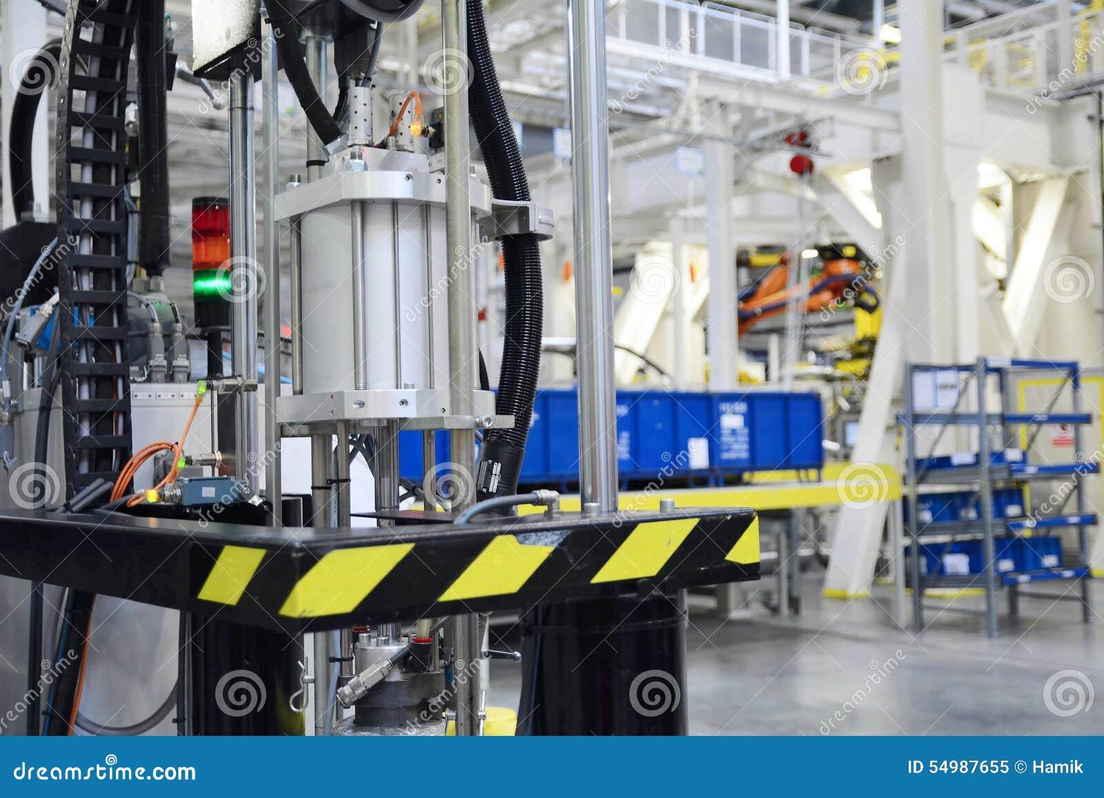 Maskinhjälpmedel i fabriken