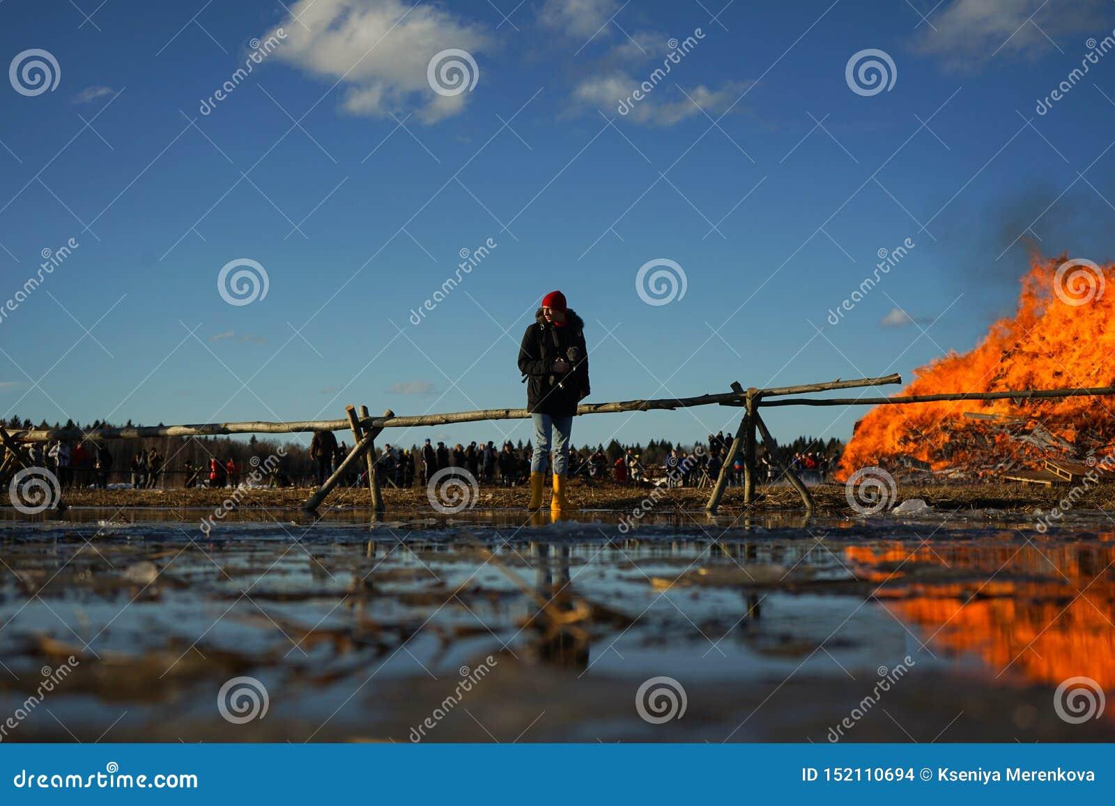 Maslenitsa - parkerar den folk festivalen för ryss under pannkakavecka i den Nikola-Lenivets konsten