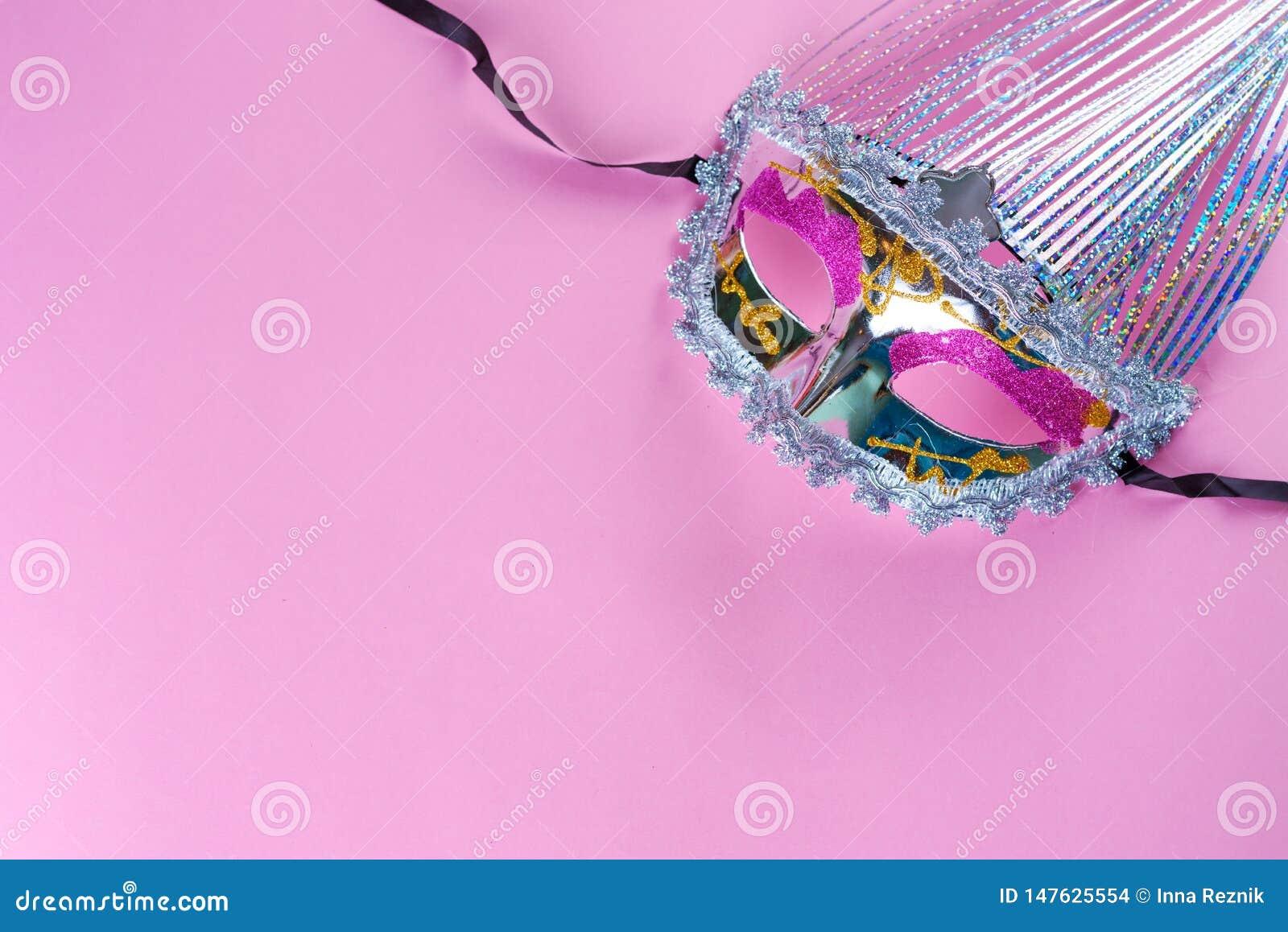 Masque éclatant de carnaval sur le fond rose