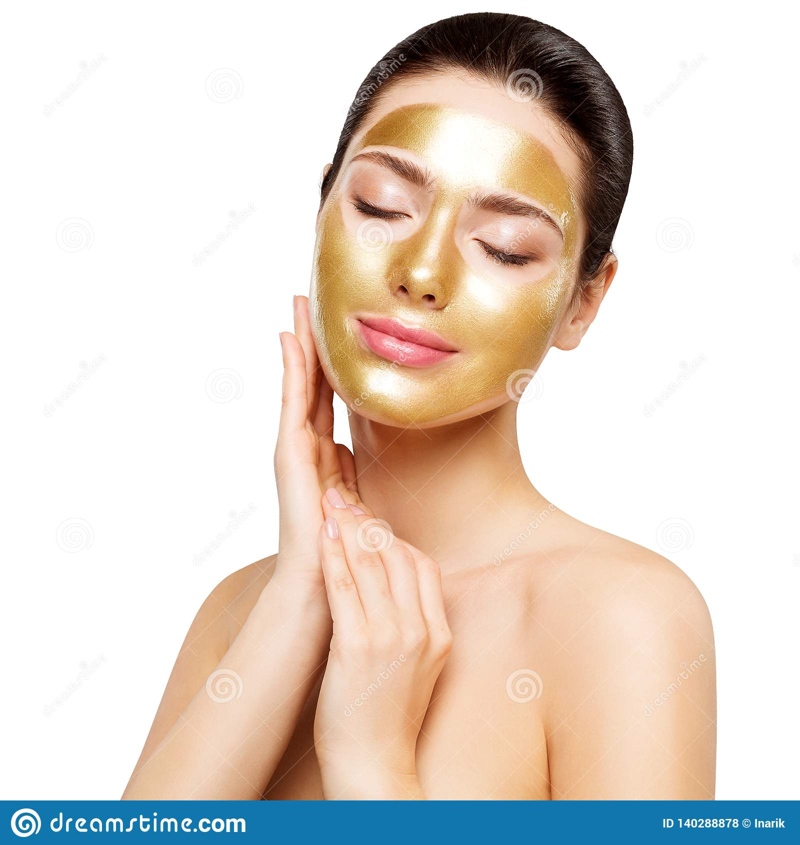 Masque d or de femme, beau modèle avec le visage cosmétique de contact de peau d or, soins de la peau de beauté et traitement