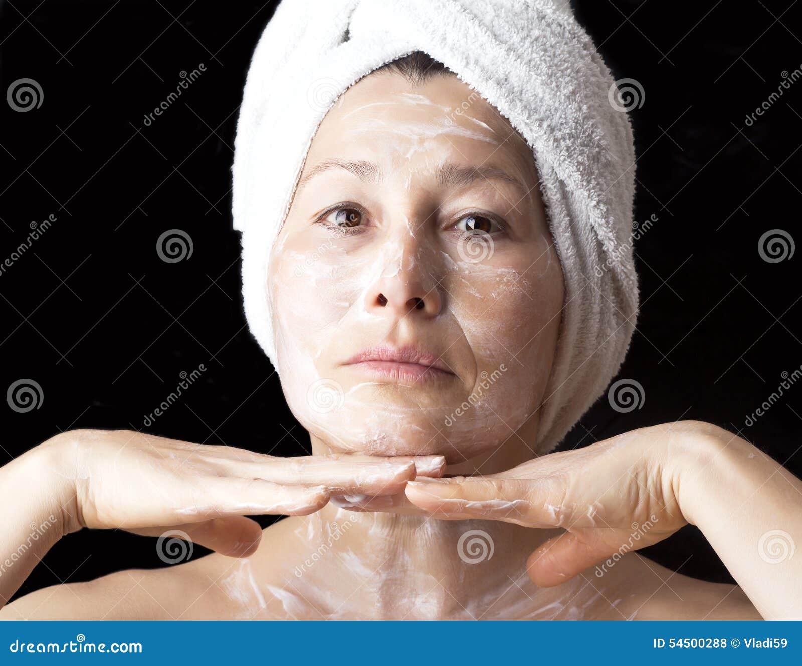 Masque de femme sur son visage