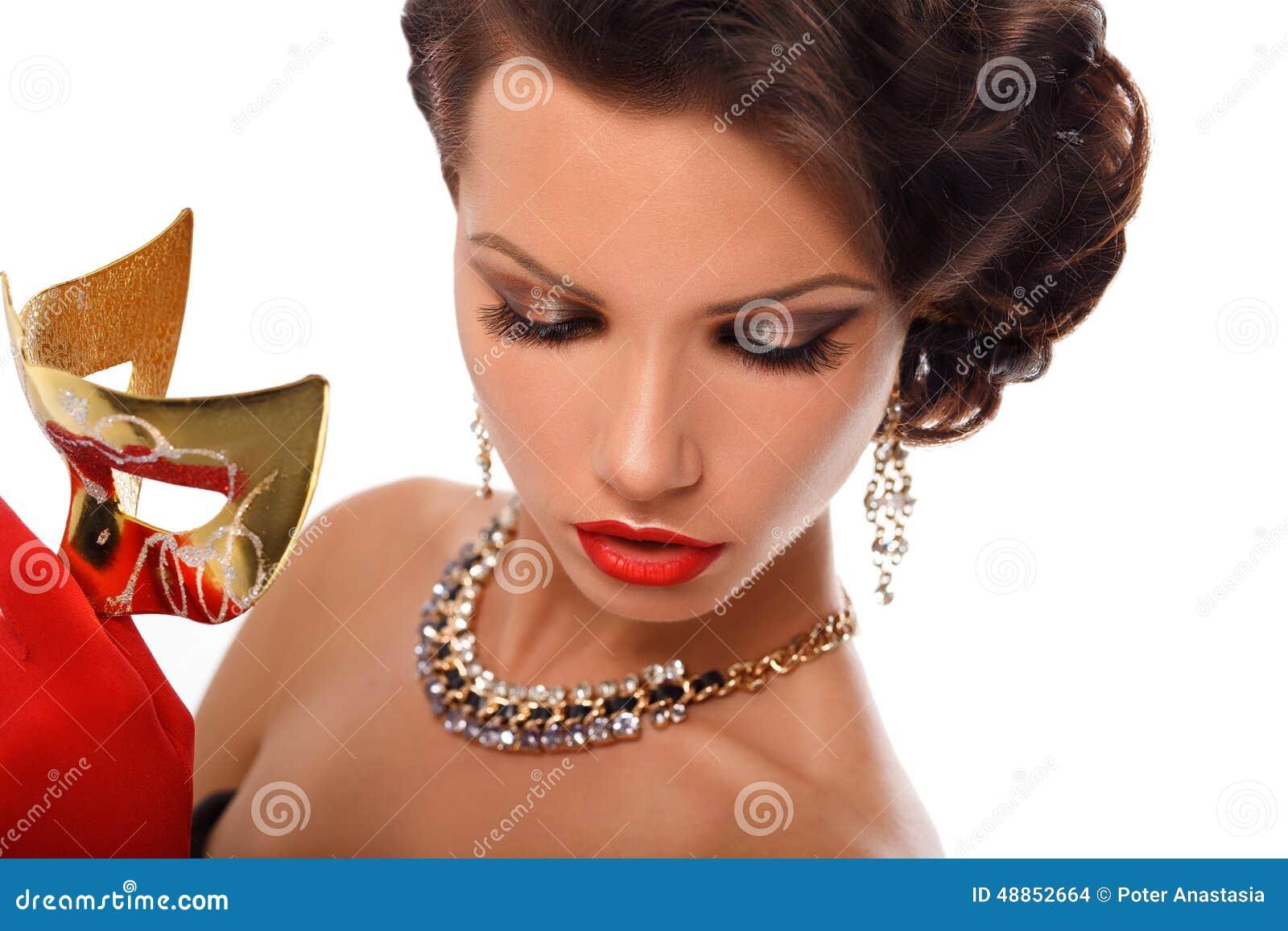 Masque vénitien de port de mascarade de femme modèle de beauté à la partie au-dessus des vacances Charme l