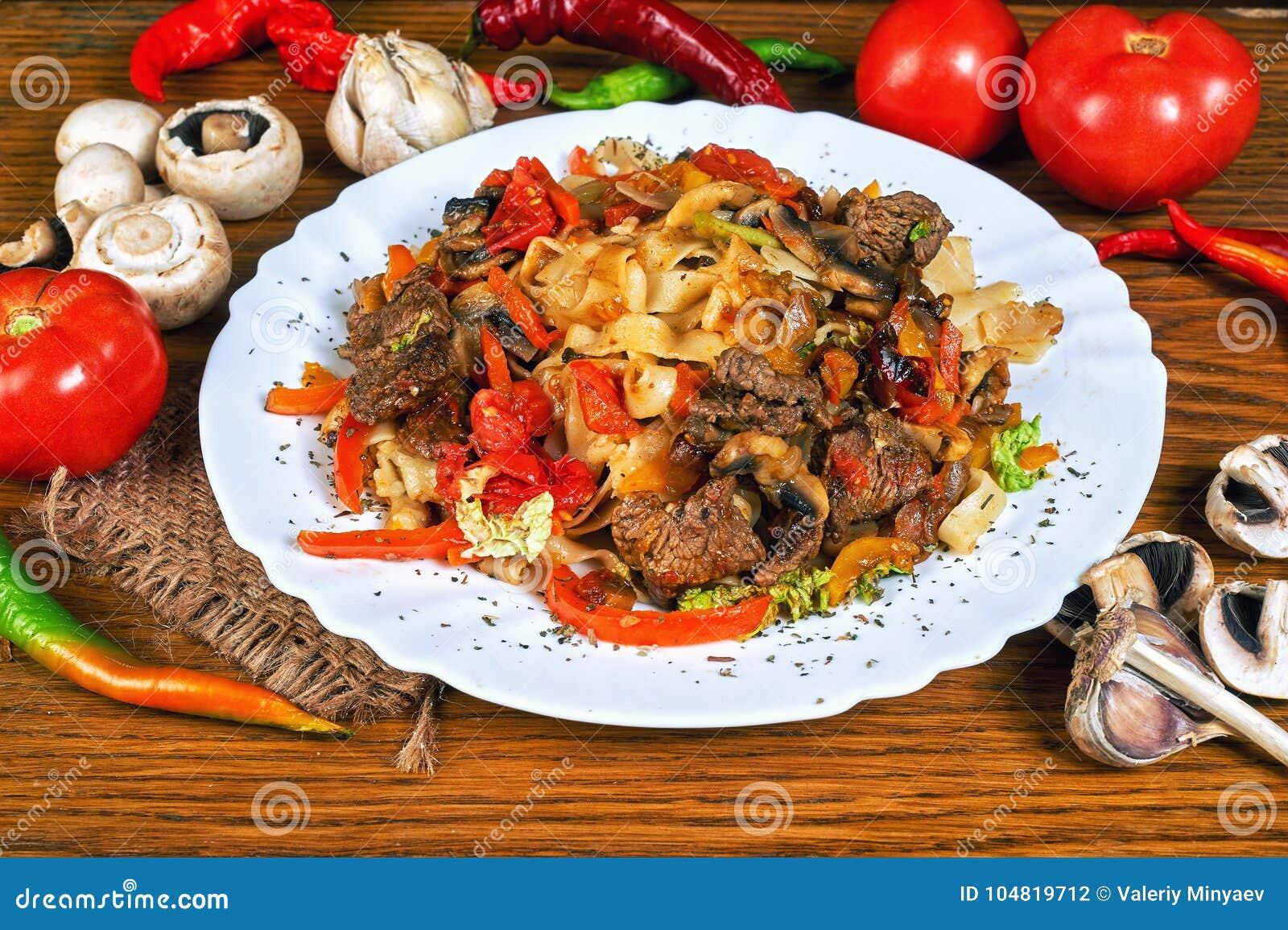 Massa com carne e os vegetais roasted
