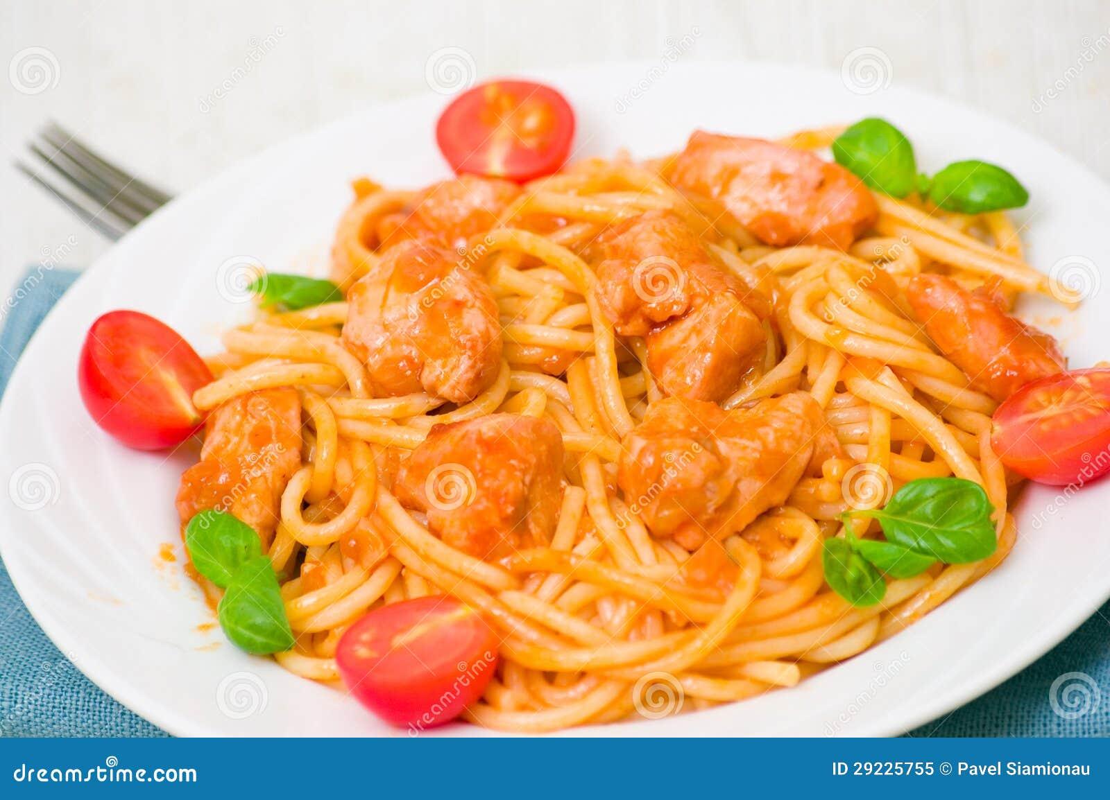Download Massa Com O Peito De Frango No Molho De Tomate Imagem de Stock - Imagem de cozinhado, gastronomy: 29225755