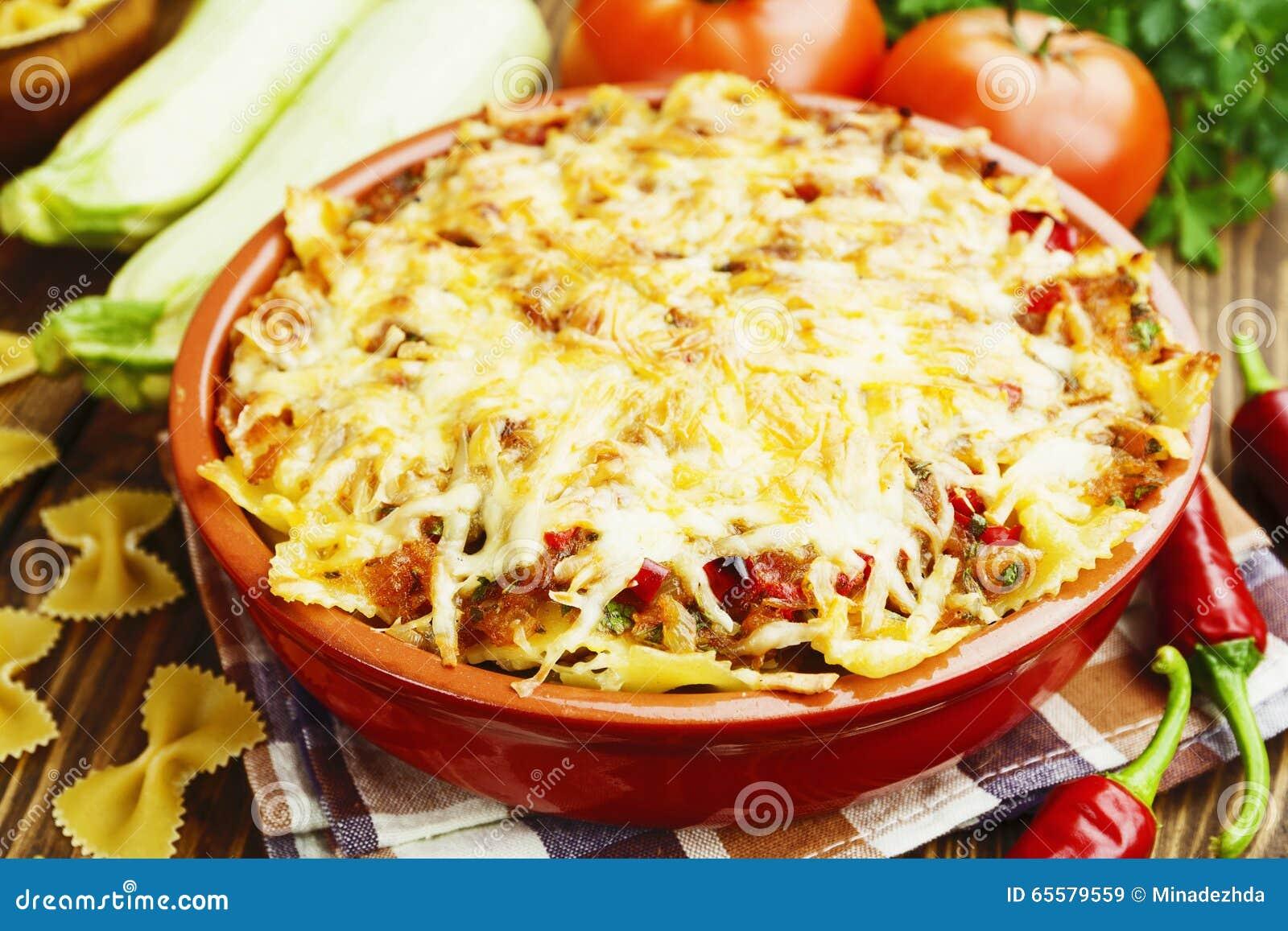 Massa cozida com vegetais e pimentões