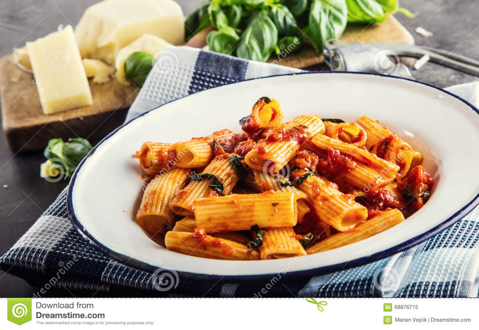 Massa Culinária do italiano e do Mediterrannean A massa Rigatoni com manjericão do molho de tomate sae do alho e do queijo parmes