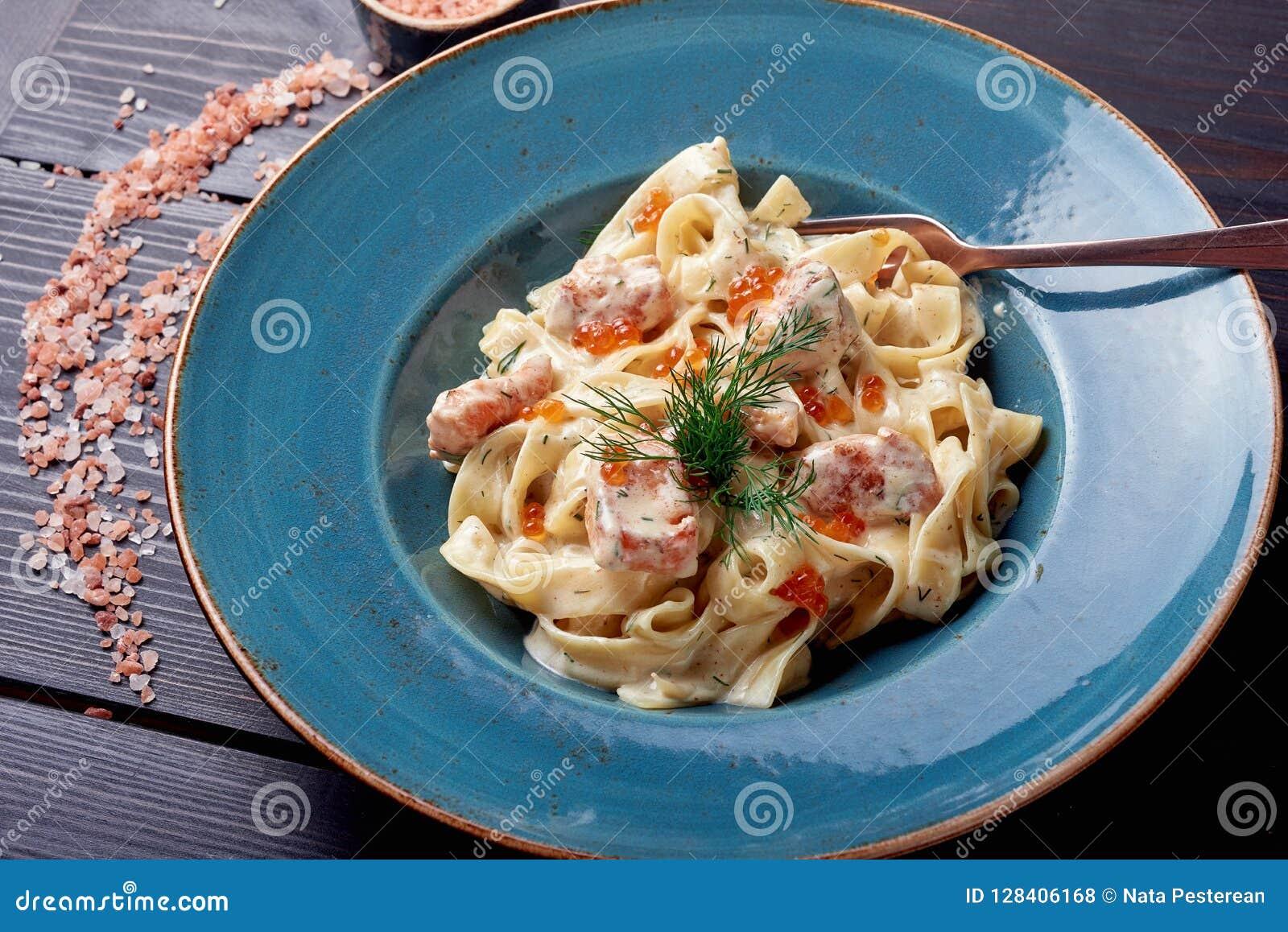 Massa de Carbonara, espaguetes com pancetta, ovo, queijo parmesão duro e molho de creme Culinária italiana tradicional Massa