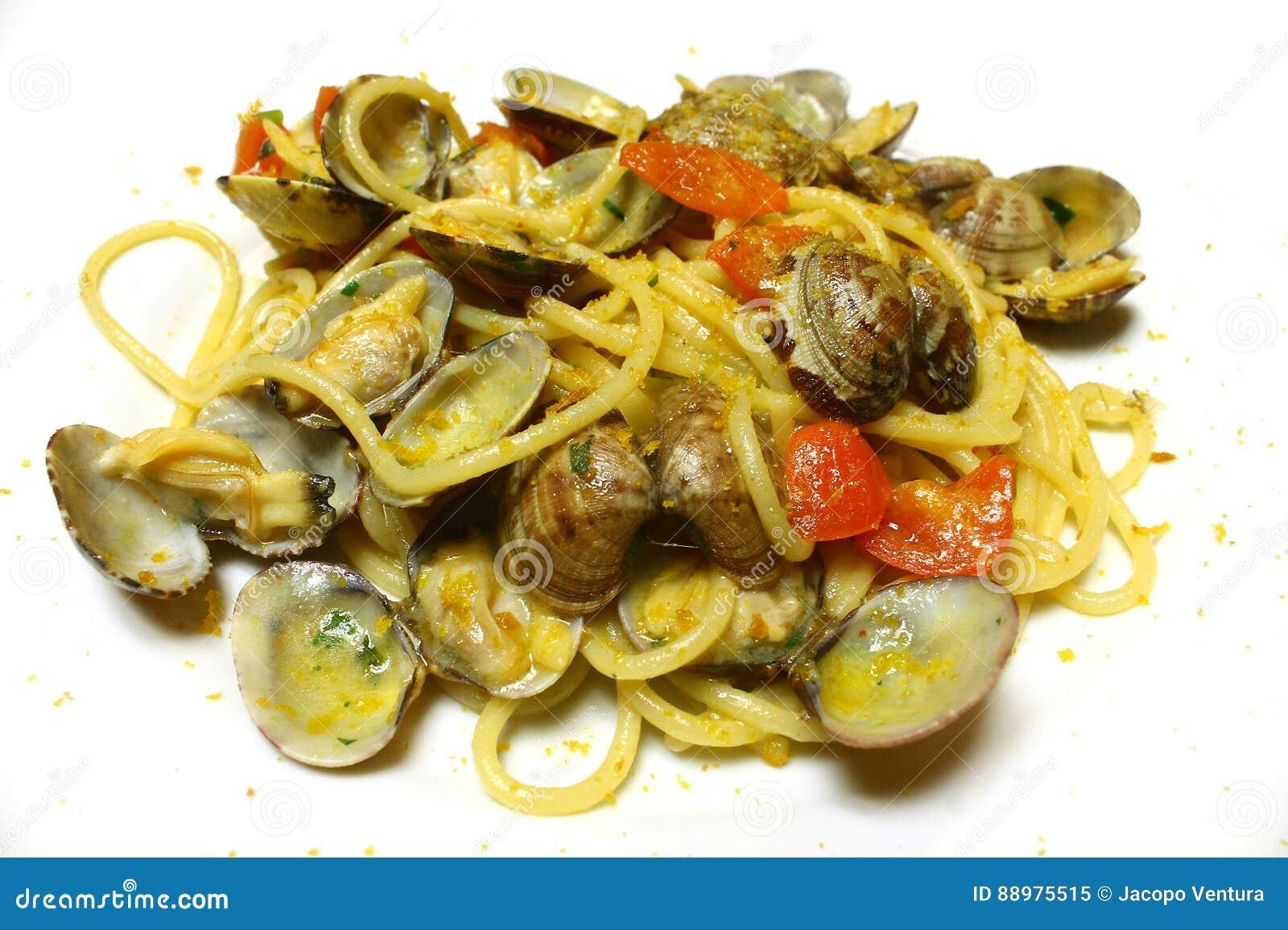Massa dos espaguetes com moluscos