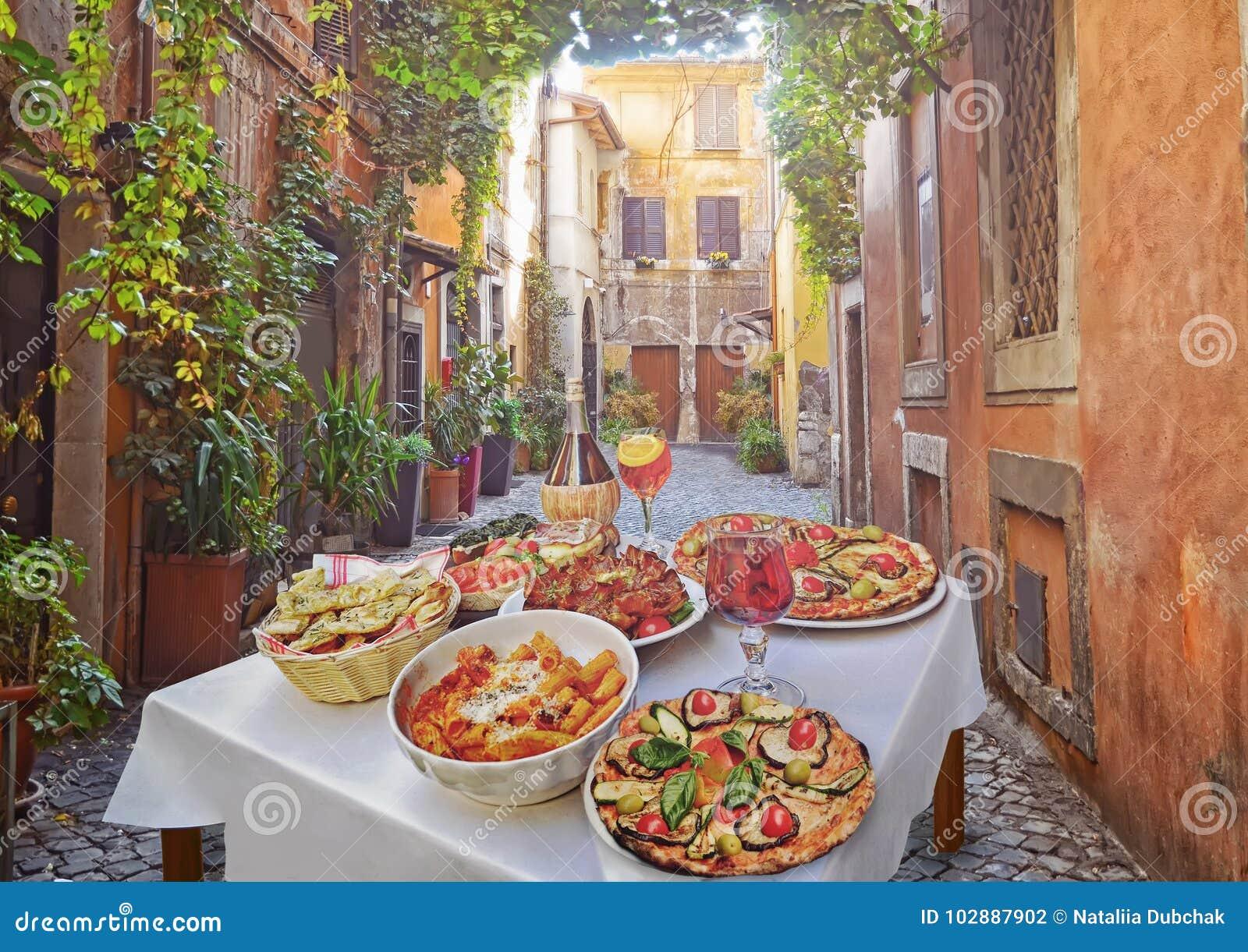 Massa, pizza e arranjo caseiro do alimento em um restaurante Roma