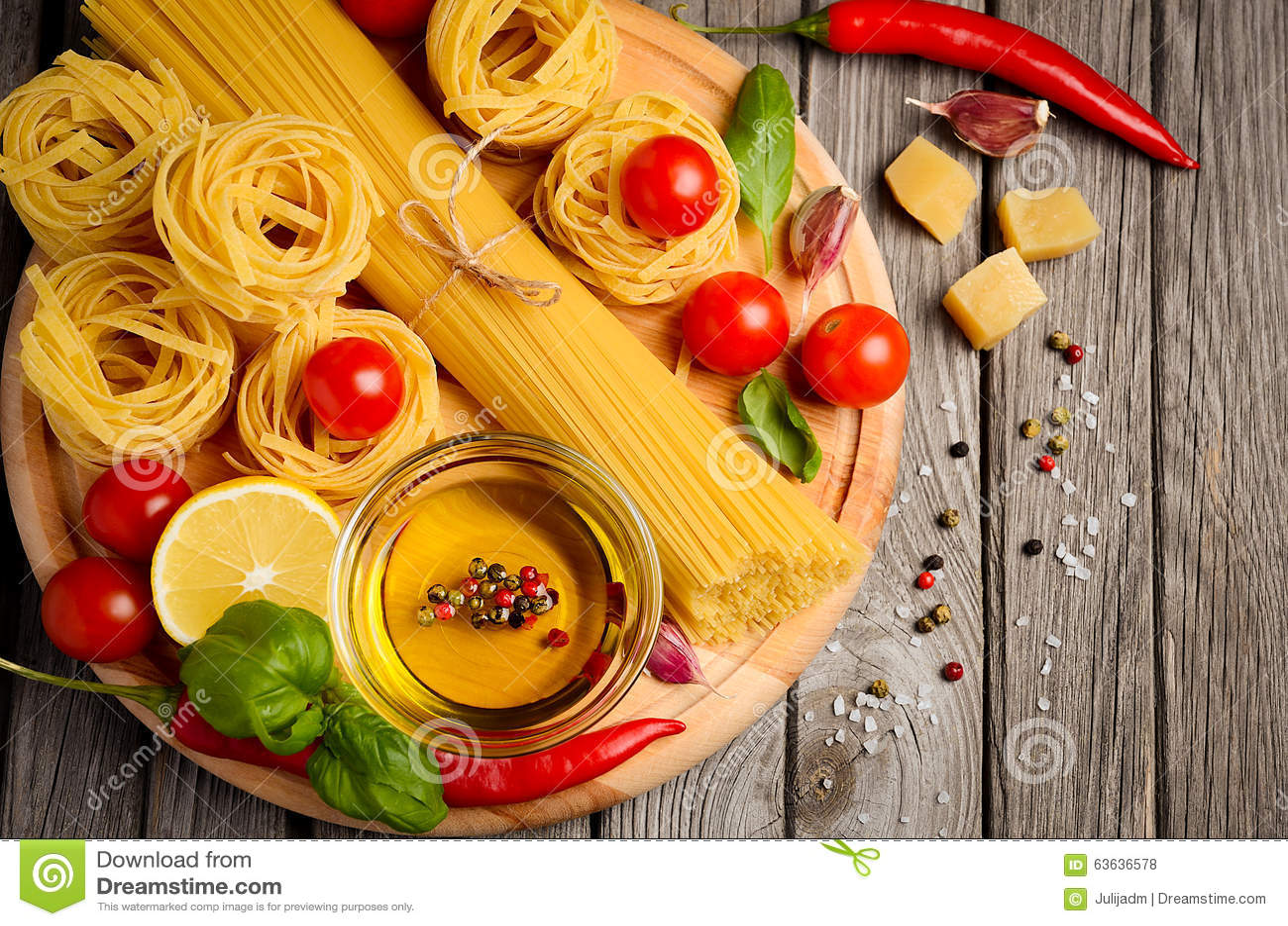 Massa, vegetais, ervas e especiarias para o alimento italiano