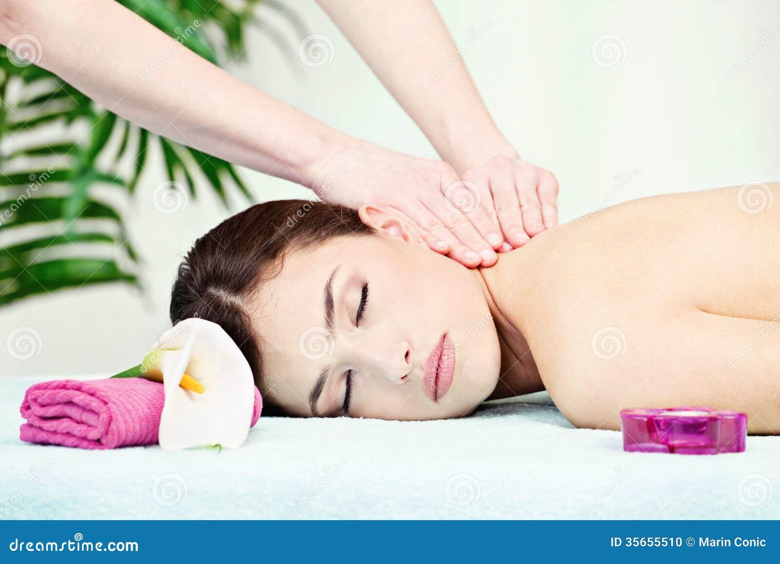 Massage de cou dans le salon