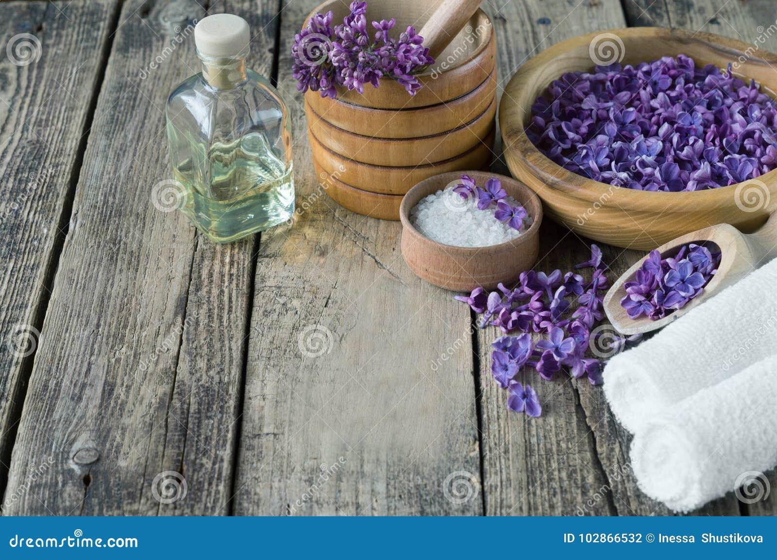 Massage et produits de station thermale avec les fleurs lilas
