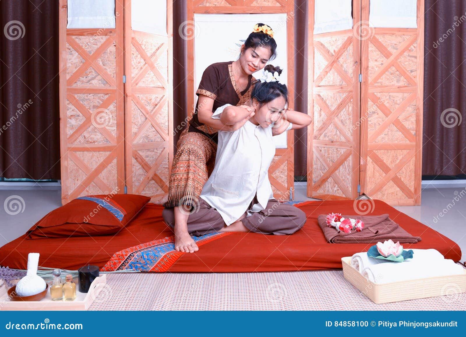 Massage thaï Attention de salaire de femmes à la relaxation et à la santé