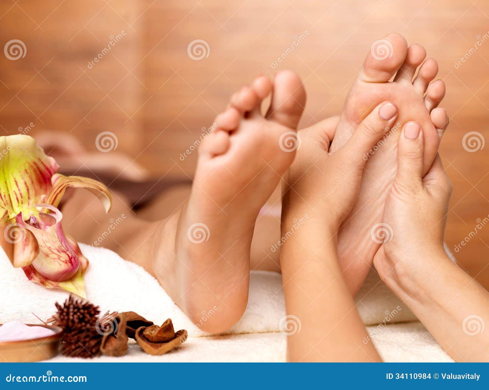 Massage van menselijke voet in kuuroordsalon
