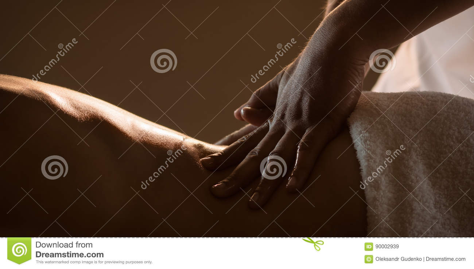 Massagecloseup med händer av den yrkesmässiga massören