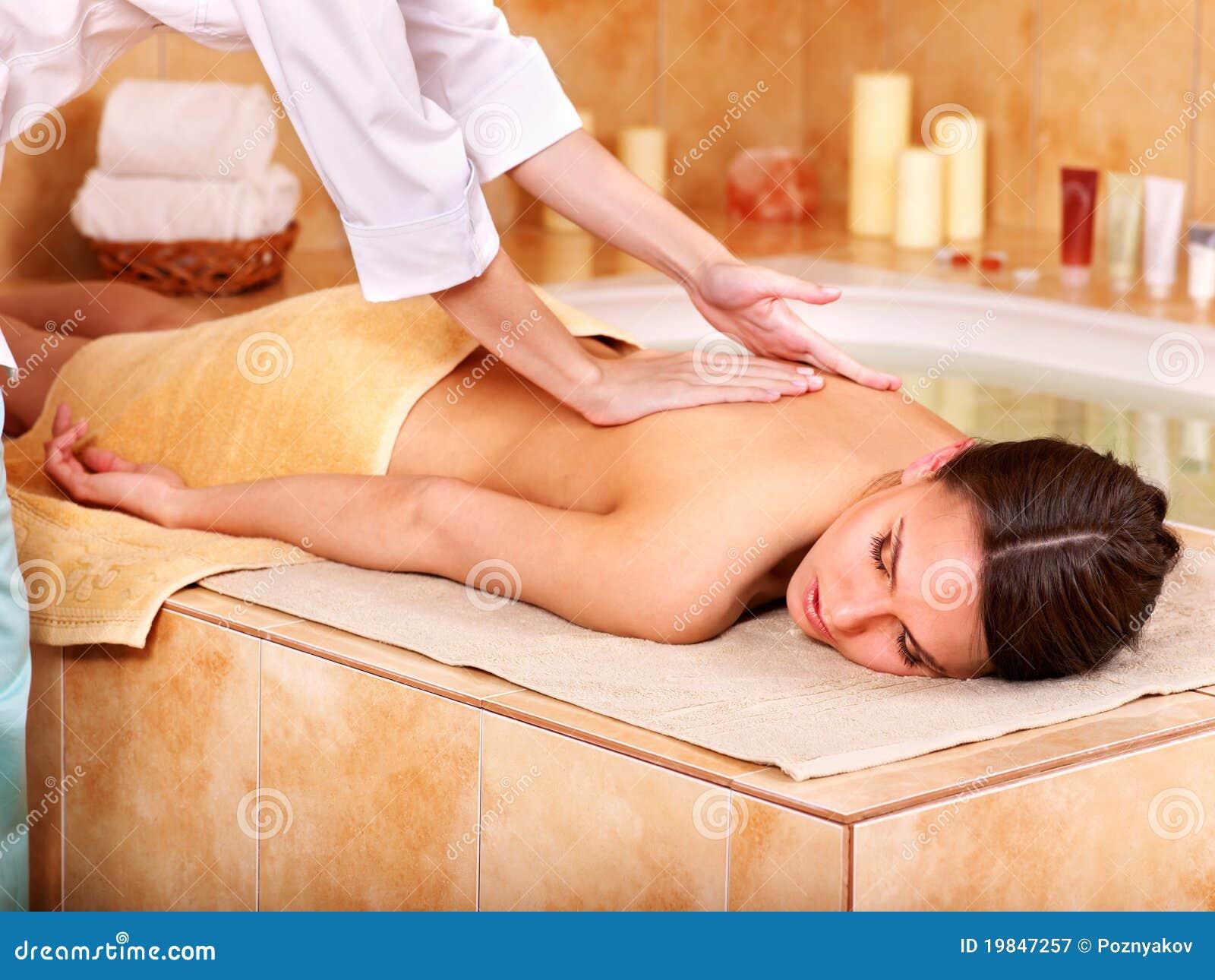 Massagem da mulher em termas da beleza.